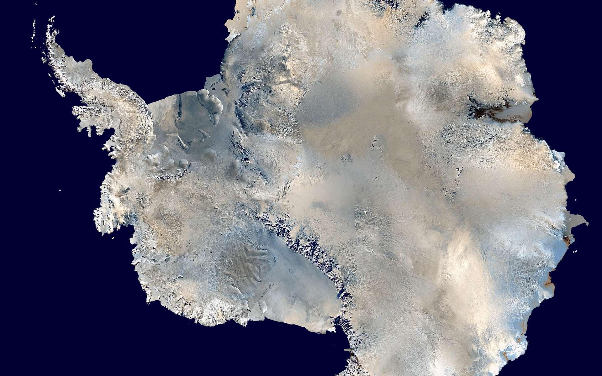 L'Antarctique vue du ciel. © Dave Pape, Public Domain