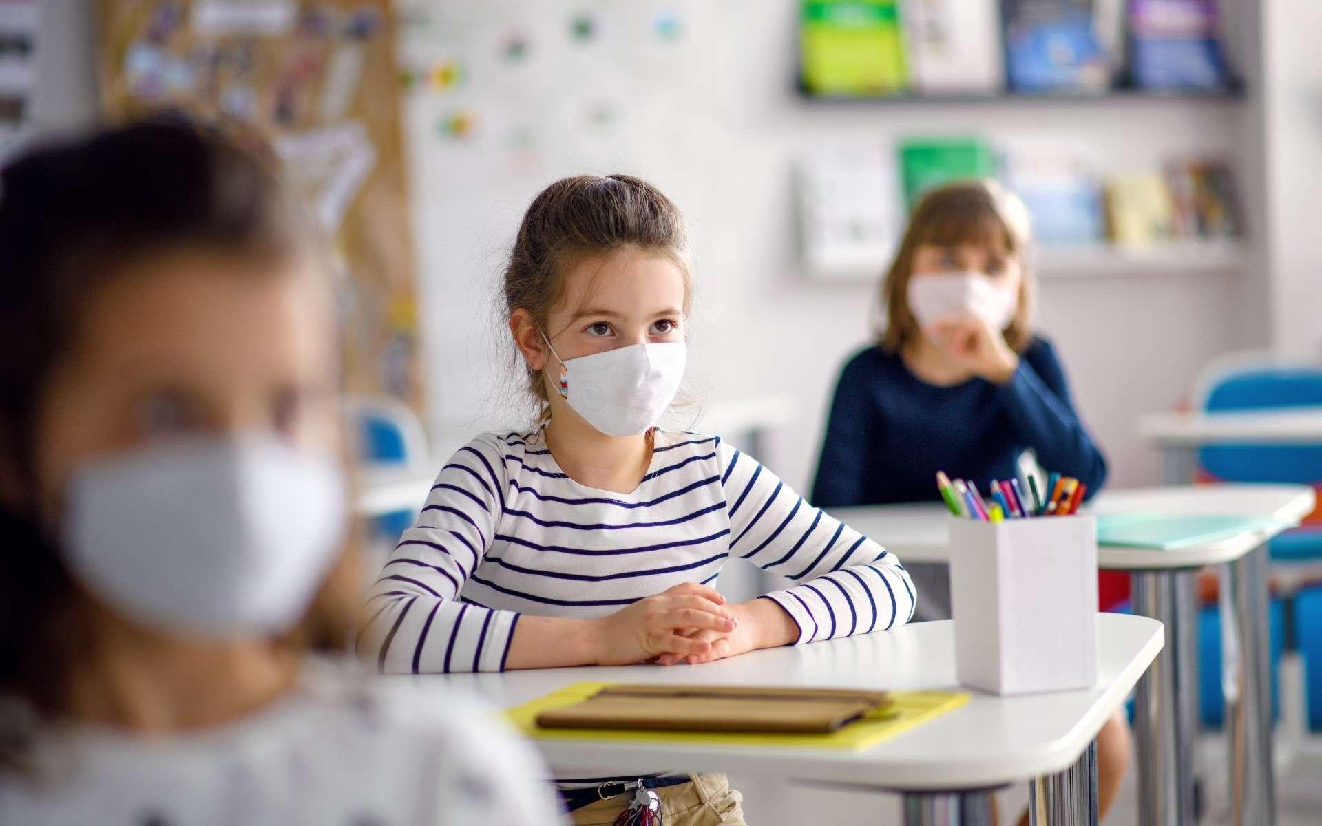 Les tests de dépistage salivaire sont mis en place dans les écoles depuis le 22 février. Le but ? Surveiller la circulation du virus. © Halfpoint, Adobe Stock