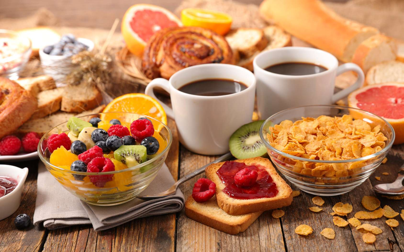 Quelques-uns des ingrédients qui composent un petit déjeuner bon pour la santé. © M.studio, Fotolia
