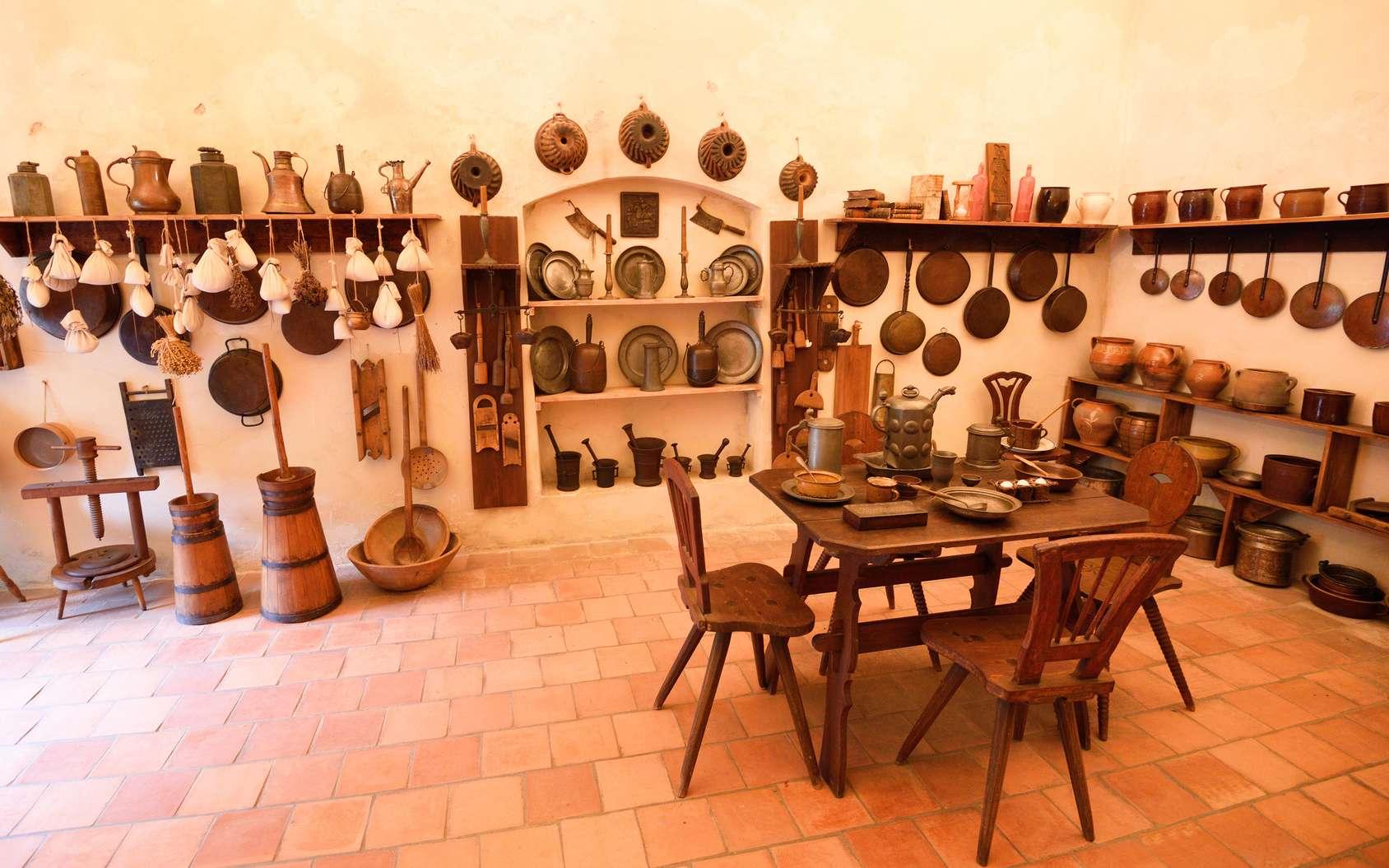 Les divers objets présents dans les cuisines au Moyen Âge. © grondetphoto, fotolia