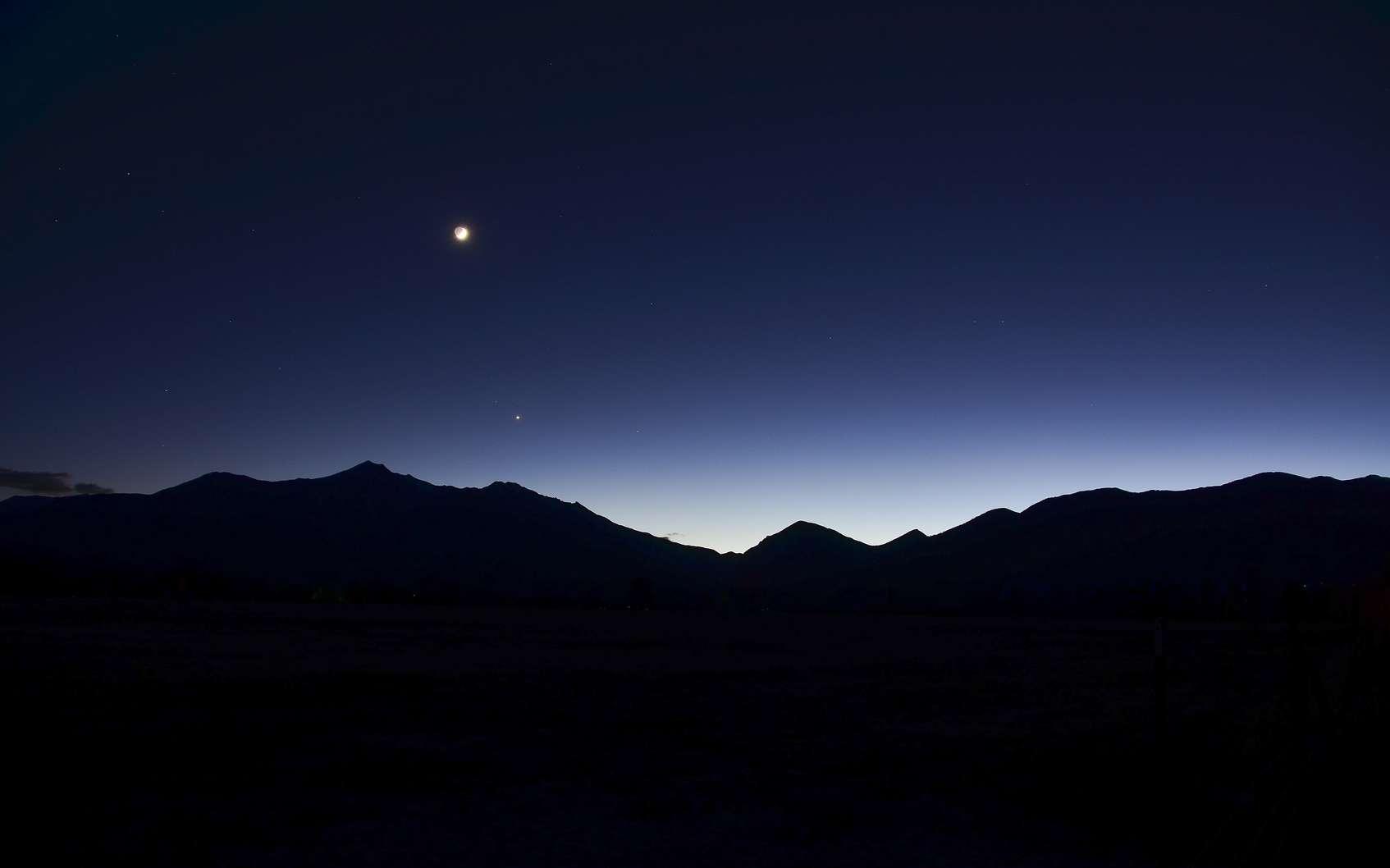 Lune et planètes au crépuscule. © Shelley, Fotolia