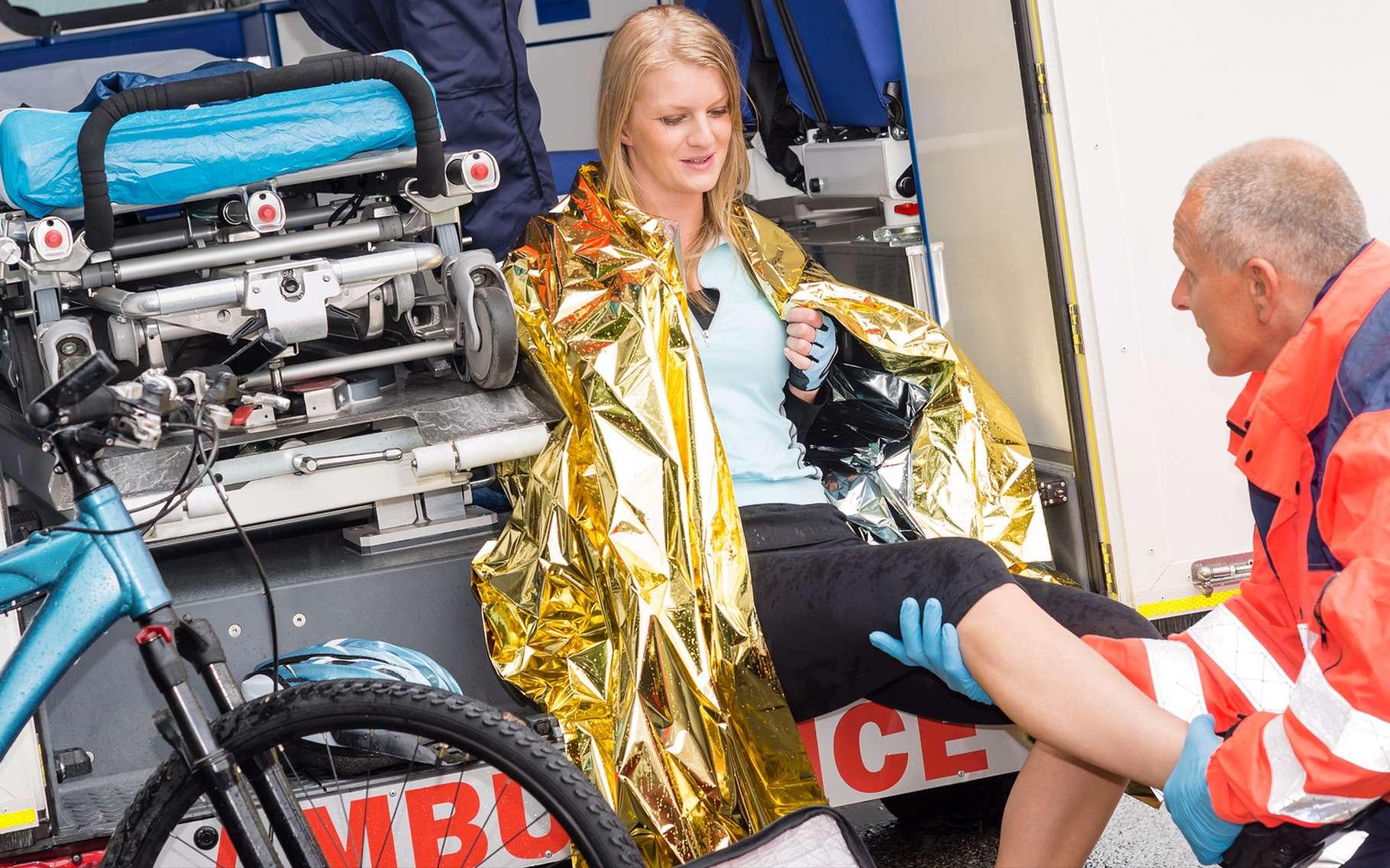Les couvertures de survie aident à maintenir la température du corps aux alentours de 37 °C. © CandyBox Images, Shutterstock