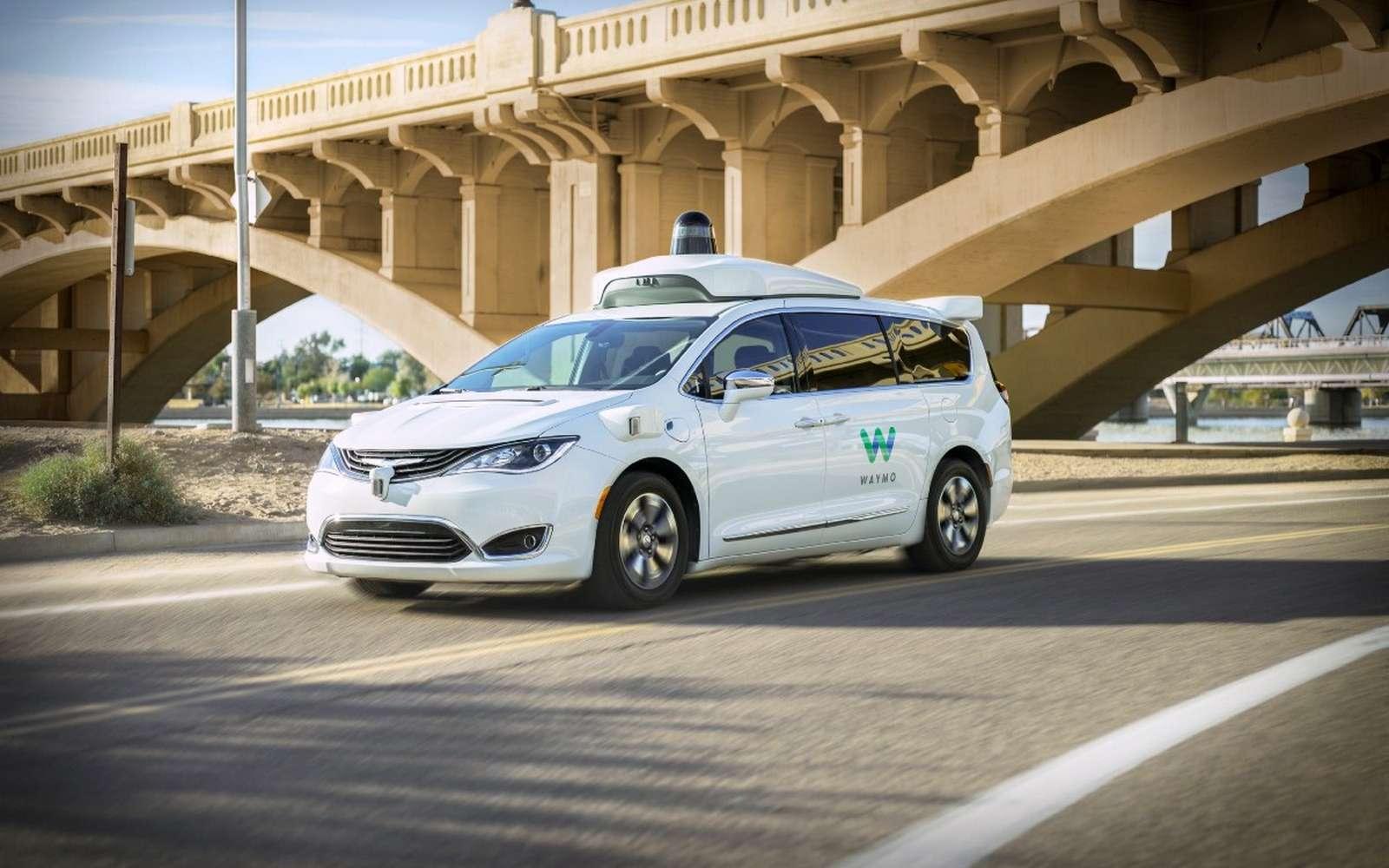 Avec sa voiture autonome et son service de taxis, Google tente une première mondiale. Waymo, la filiale d'Alphabet, a conclu un partenariat avec le groupe automobile Fiat Chrysler pour développer sa technologie de conduite autonome à partir de monospaces Chrysler Pacifica Hybrid. © Waymo