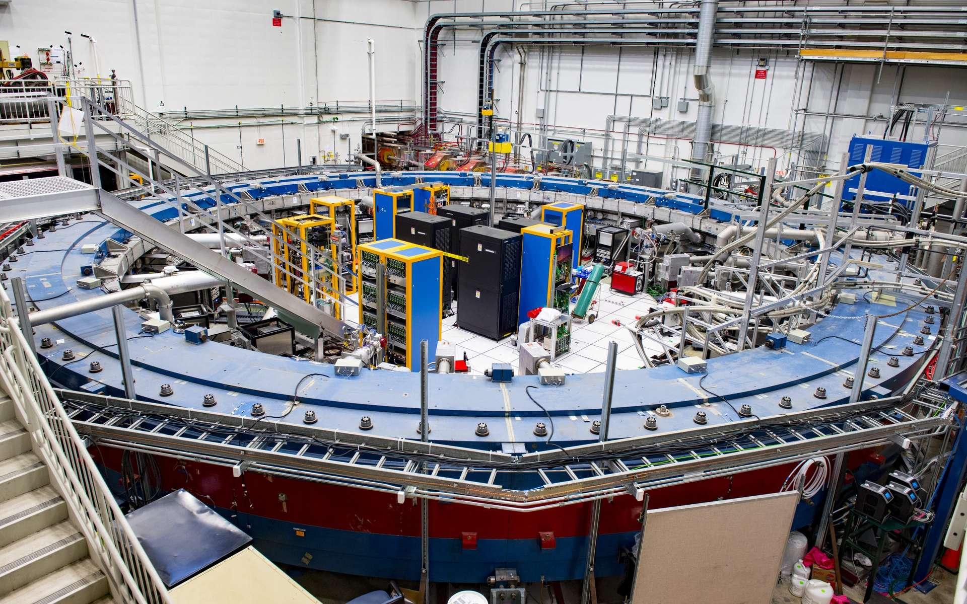 L'expérience Muon g-2 du Fermilab a officiellement commencé à prendre des données. On voit ici la pièce maîtresse de l'expérience, un anneau constituant un électro-aimant qui génère un champ magnétique uniforme pour que les scientifiques puissent effectuer des mesures très précises du moment magnétique du muon. © Reidar Hahn