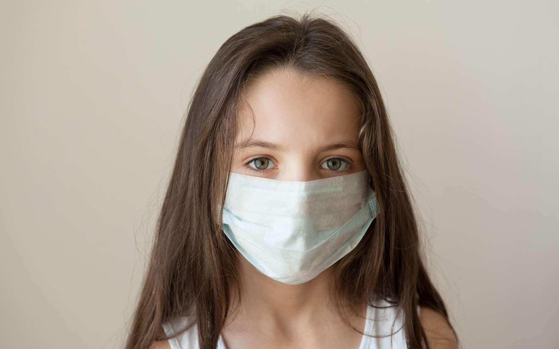 Lorsque le seuil épidémique est franchi, un masque peut permettre de limiter la diffusion du virus. © Ruslan Shugushev, Shutterstock