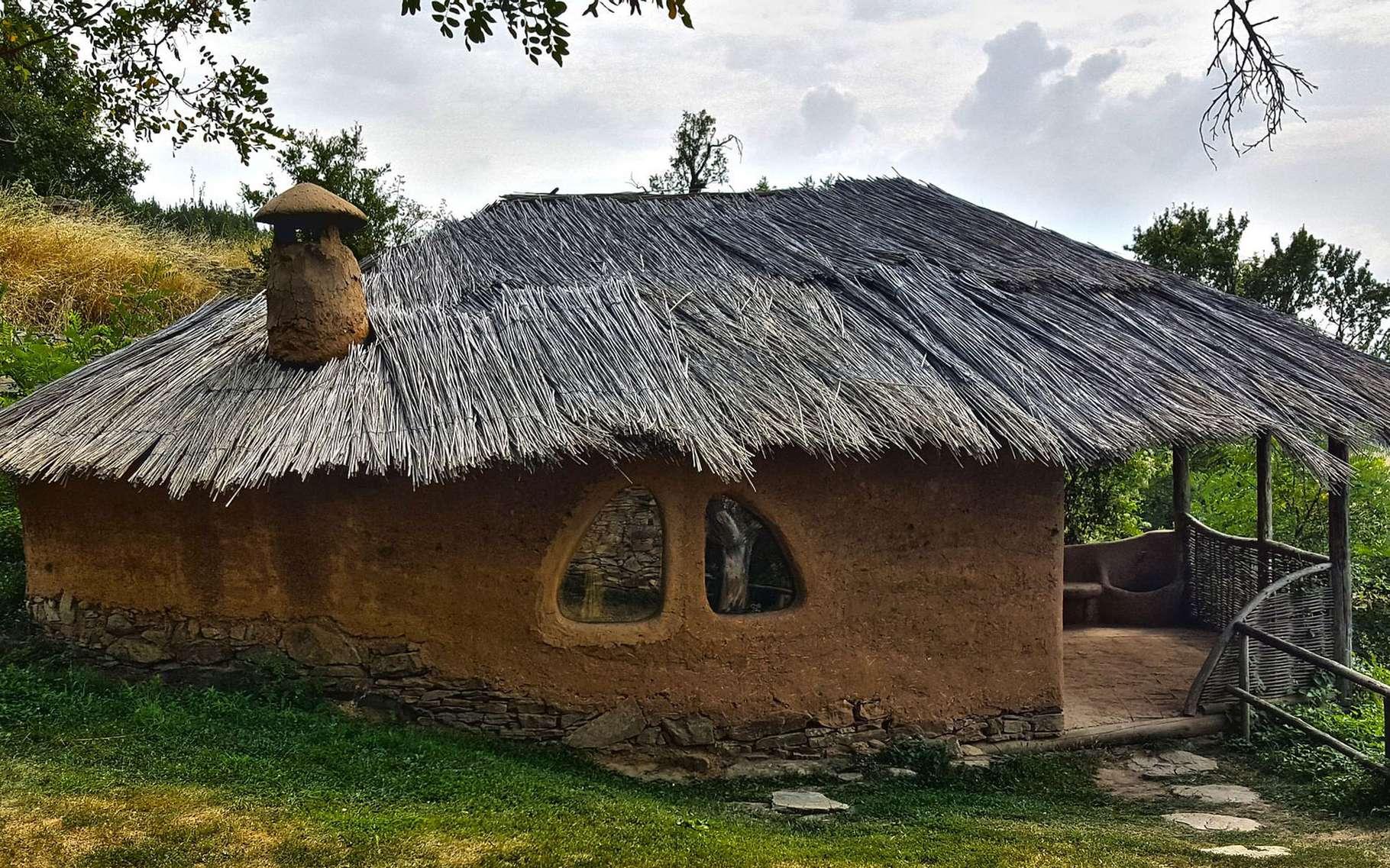 Quelque part au sud-ouest de la Bulgarie se trouve le village de Leshten. Un village étonnant à plus d'un titre. D'abord parce qu'il ne compte quasiment plus d'habitants à l'année. En revanche, il déborde de touristes. Car de nombreux investisseurs, séduits par son charme, s'y sont intéressés. Ils ont restauré la plupart des maisons dans le respect du style architectural local. Cette maison d'argile — qui nous transporte presque au cœur de l'Afrique — est quant à elle 100 % écologique. Et l'on en trouve plusieurs de ce type dans le village. © smarkov2, Pixabay, CC0 Creative Commons