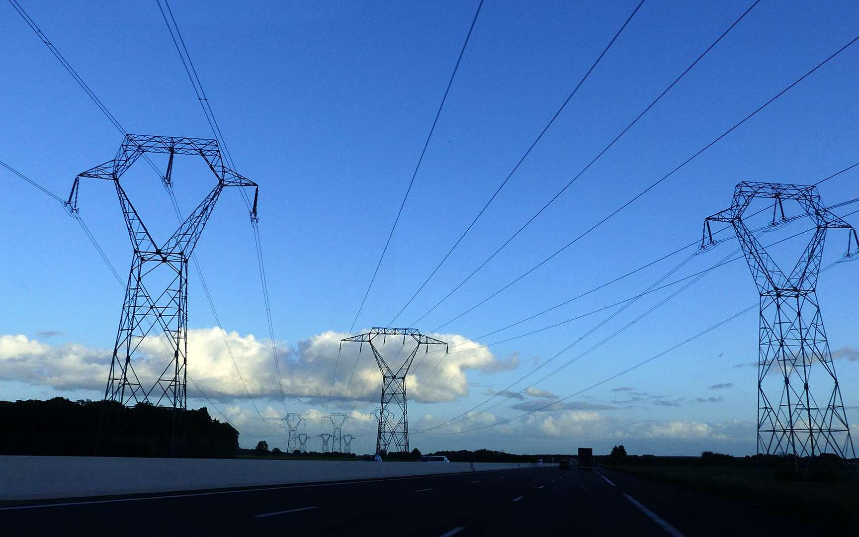 Le bruit que l'on entend parfois, à proximité de lignes électriques, est dû à un phénomène physique connu sous le nom d'« effet couronne ». © JP Freethinker, Flickr, CC ny-nc-nd 2.0
