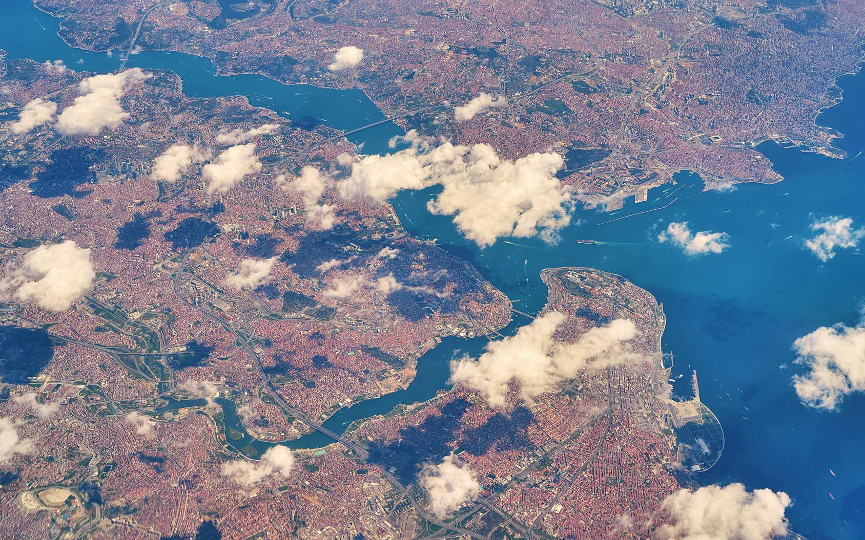 Vue aérienne du Détroit du Bosphore, avec la ville d'Istanbul et la mer de Marmara. © Berezko, Fotolia