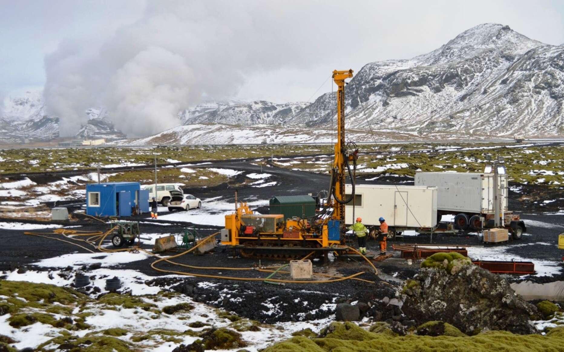 Une vue du projet CarbFix, non loin d'un champ géothermique, en Islande. Il consiste à injecter de l'eau chargée en gaz carbonique dans du basalte pour, in fine, stocker le CO2 sous forme de carbonates. © Juerg Matter