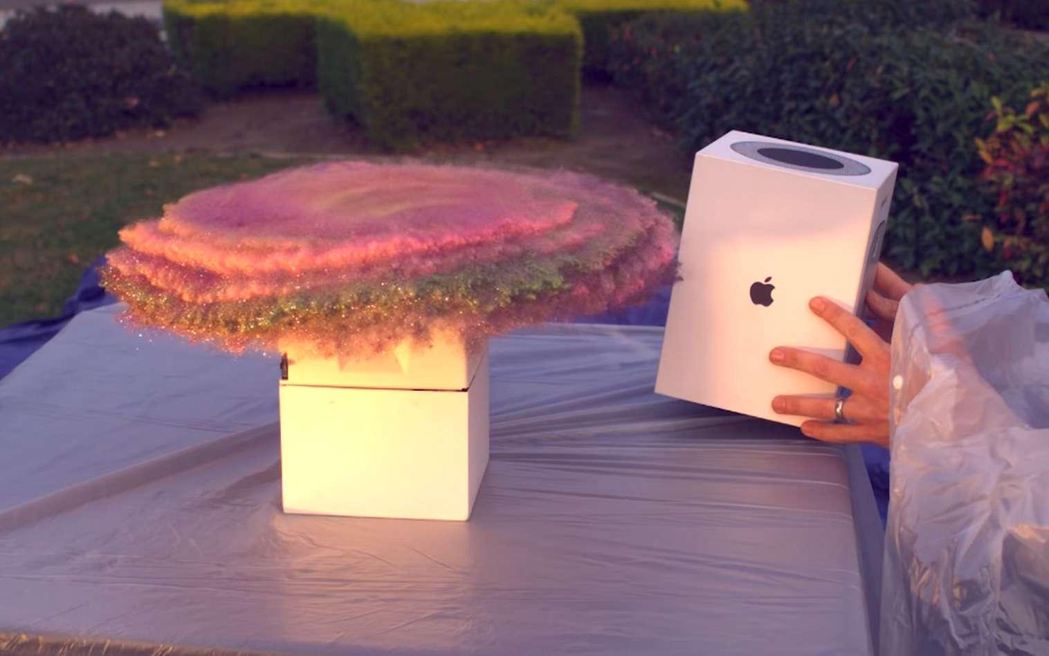 Le piège à voleur de colis projette une poudre pailletée avant d'actionner une bombe aérosol qui diffuse une odeur de pet. © Mark Rober
