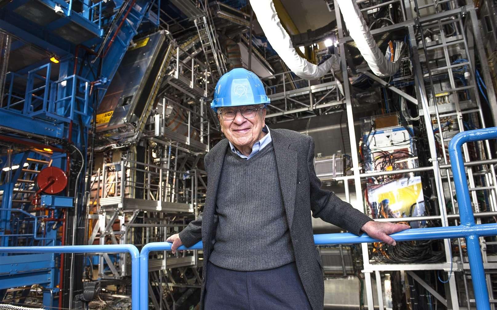 Murray Gell-Mann en visite au Cern en janvier 2013. Le prix Nobel de physique se tient devant le détecteur Atlas. C'est l'un des principaux architectes du modèle standard des particules élémentaires. Ses travaux portent aussi sur la cosmologie quantique, et il est à l'origine de l'institut de Santa Fe (Santa Fe Institute, ou SFI), un institut de recherche spécialisé dans l'étude des systèmes complexes. © Maximilien Brice, Cern