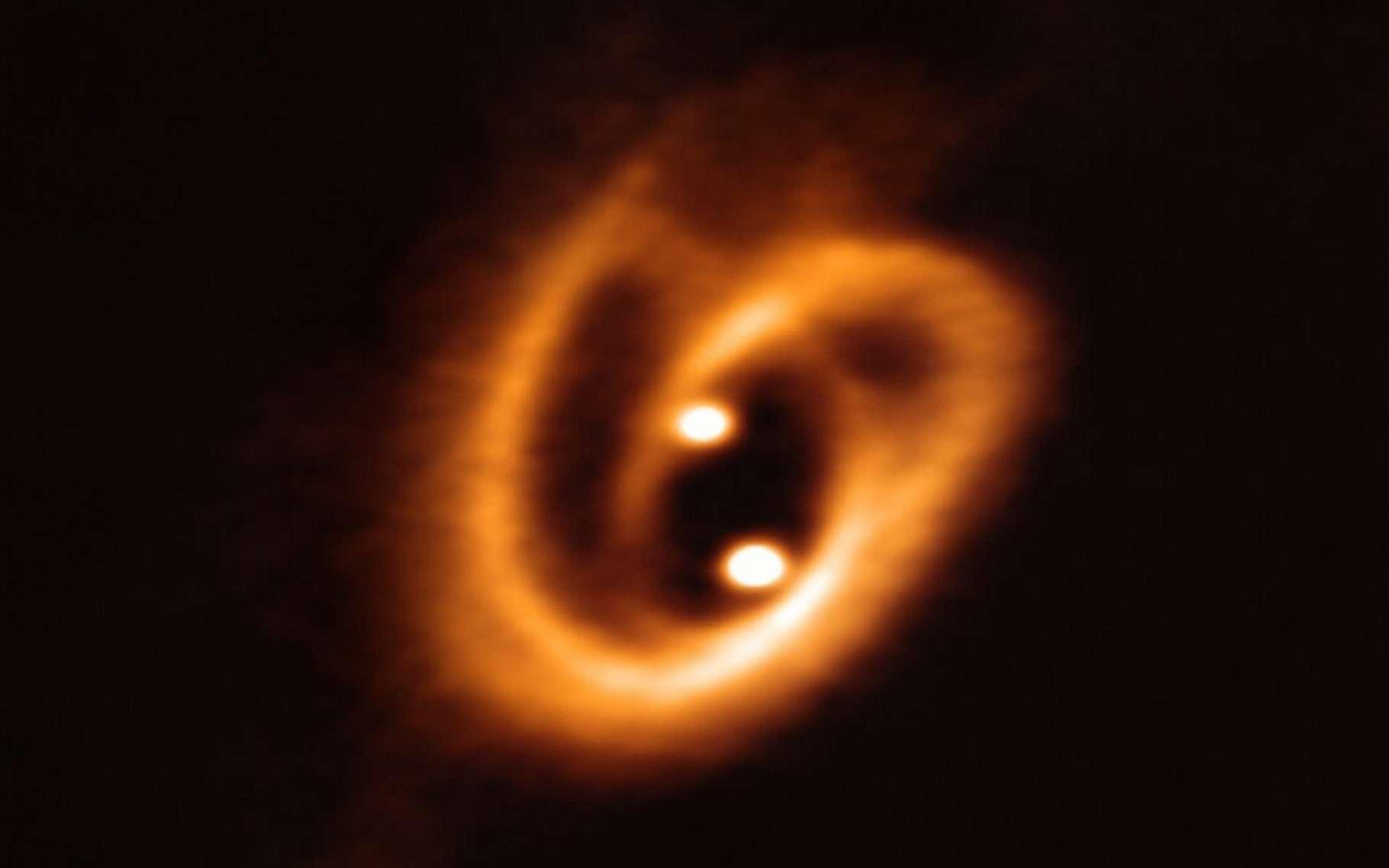 Sur cette image, l'énorme bretzel cosmique formé par les jeunes étoiles en formation alimentées par des gaz et des poussières. © ESO