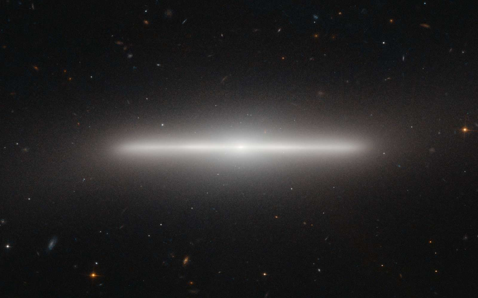 NGC 4452, une galaxie de la constellation de la Vierge qui se présente par la tranche. © Esa/Nasa