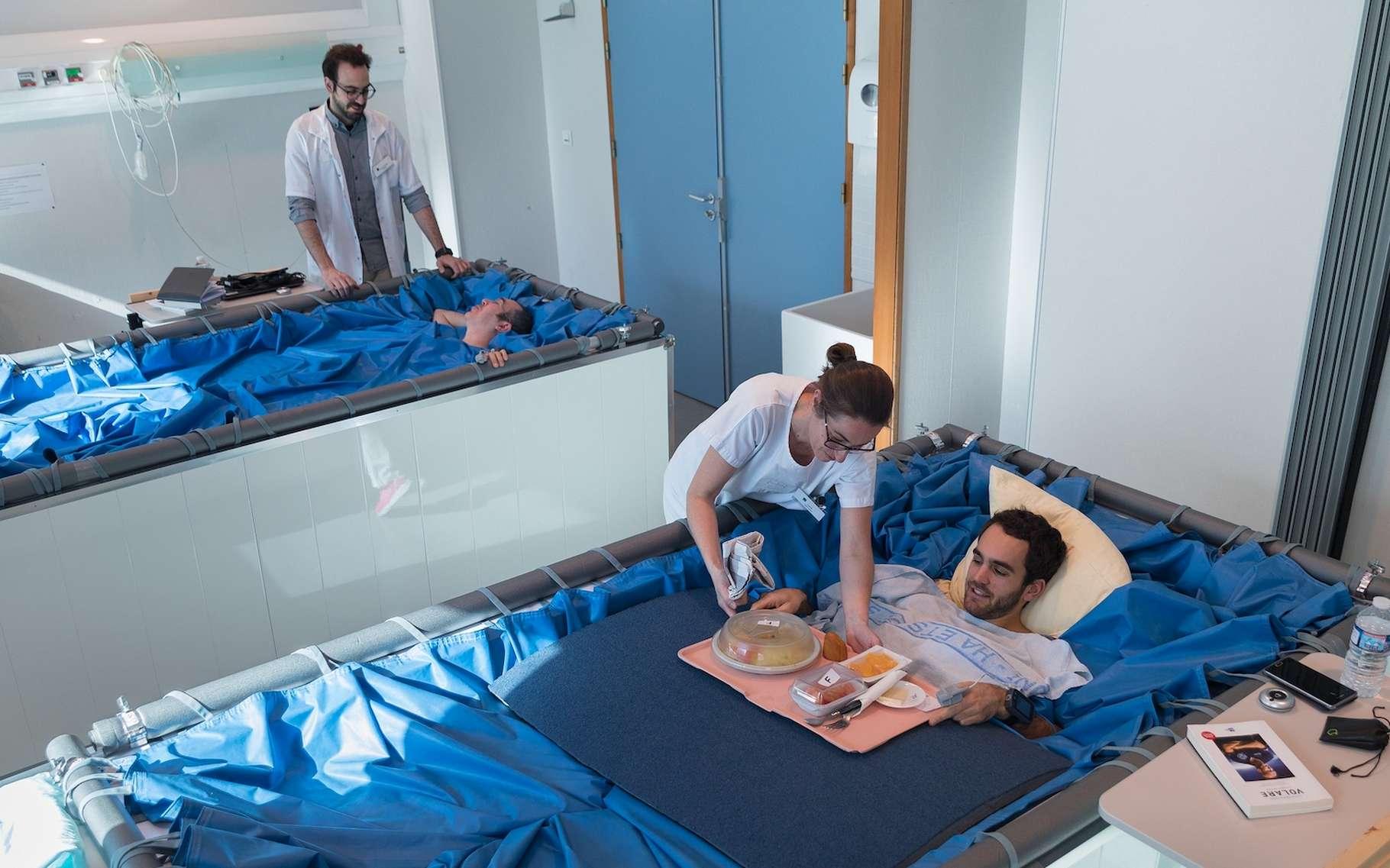 L'Agence spatiale européenne (ESA) dispose désormais de nouveaux moyens de tester la réaction du corps humain à l'apesanteur. Ici, des lits en immersion sèche, du côté de Toulouse (France). © Rémi Benoit, Cnes
