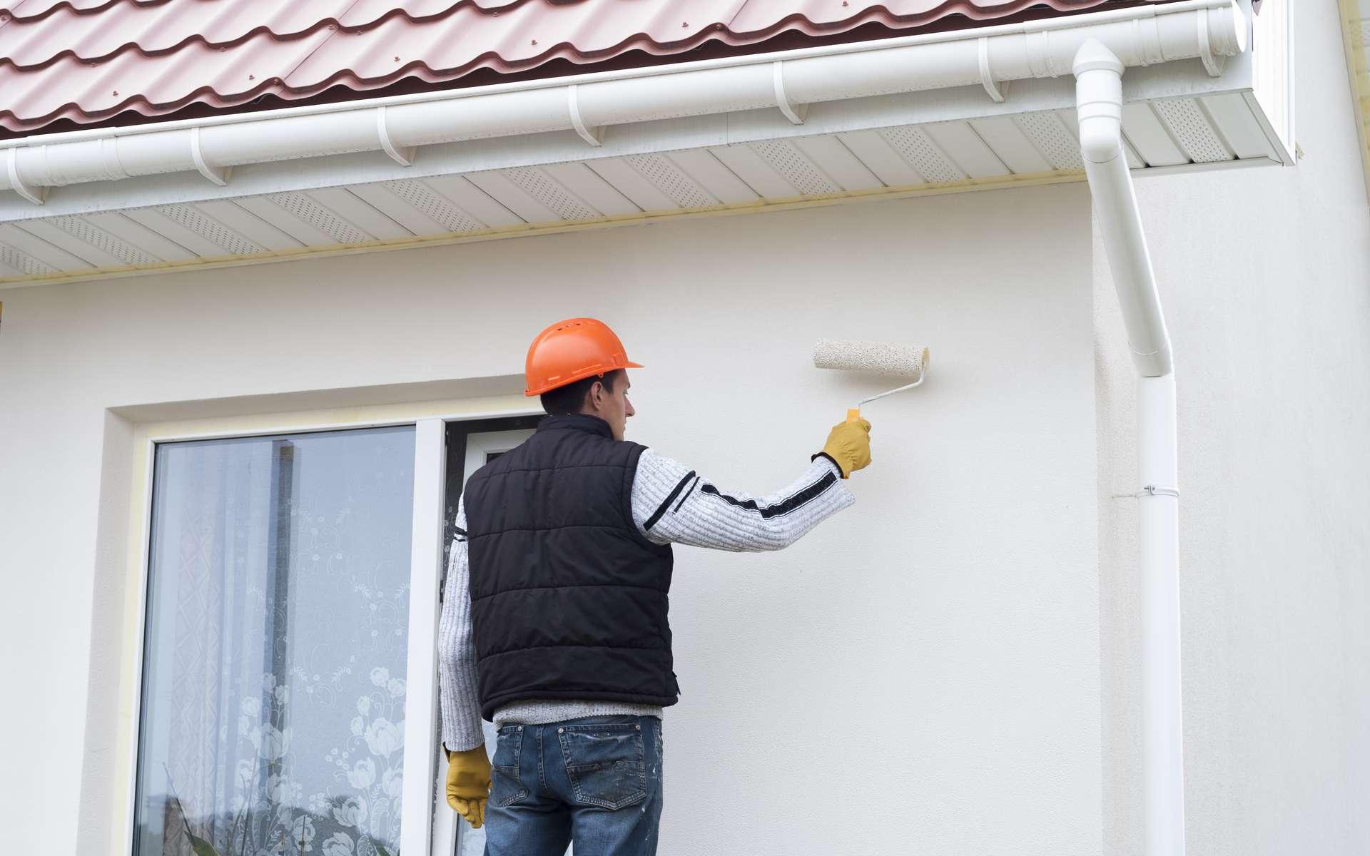 Pour vous faire une idée du prix et du budget nécessaire pour peindre les murs extérieurs de votre maison, voici quelques tarifs détaillés. © kuchina, Adobe Stock