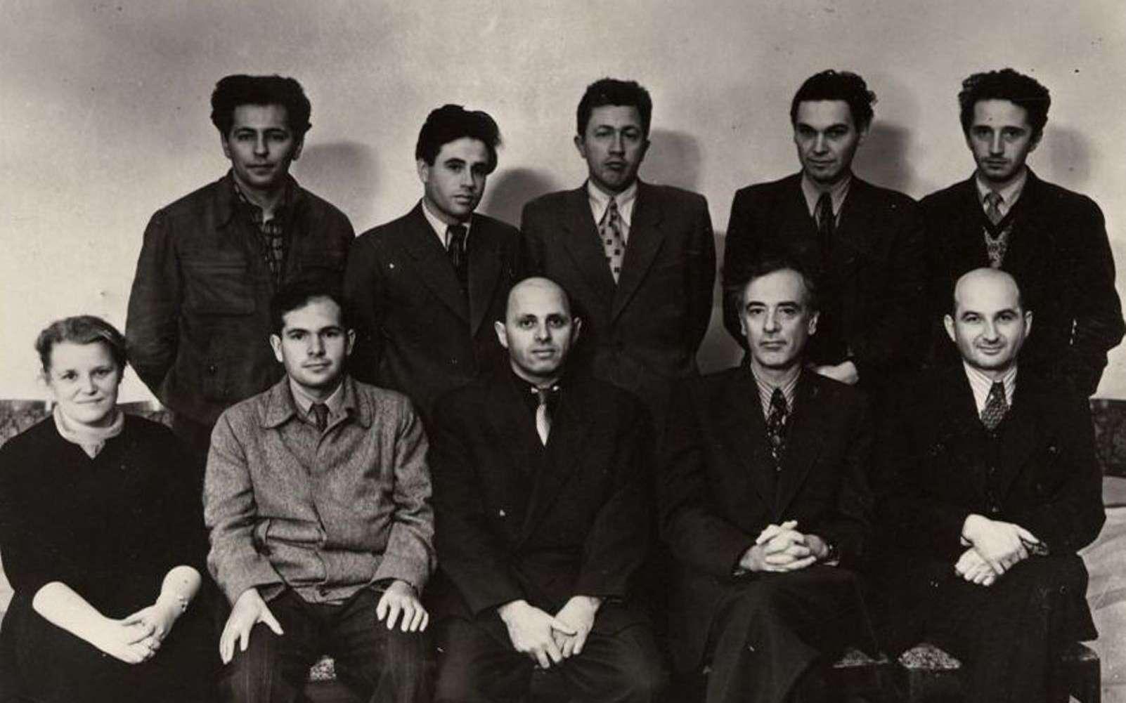 Quelques physiciens célèbres de l'école russe. En haut, de gauche à droite : Gershtein, Pitaevskil, Arkhipov, Dzyaloshinskil. En bas, de gauche à droite : Prozorova, Aleksei Abrikosov, Khalatnikov, Lev Davidovich Landau, Evgeni Mikhailovich Lifchitz. © AIP