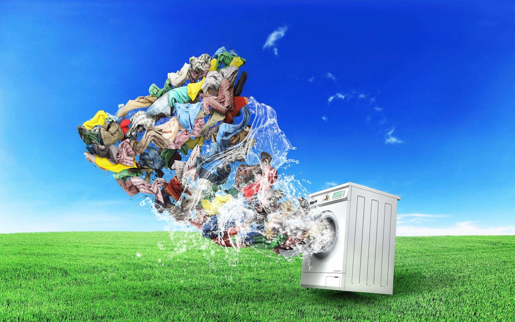 À chaque lessive, les vêtements perdent des microfibres qui viennent polluer l'eau. © sveta, Adobe Stock