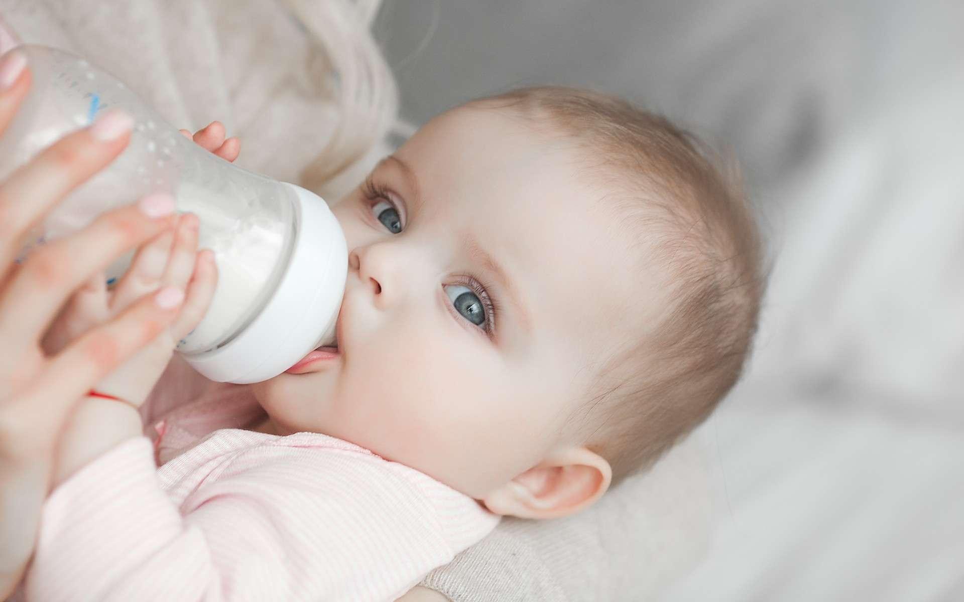 Les biberons en PP contamine le lait infantile avec des microplastiques lorsqu'ils sont chauffés. © olenachukhil, Adobe Stock