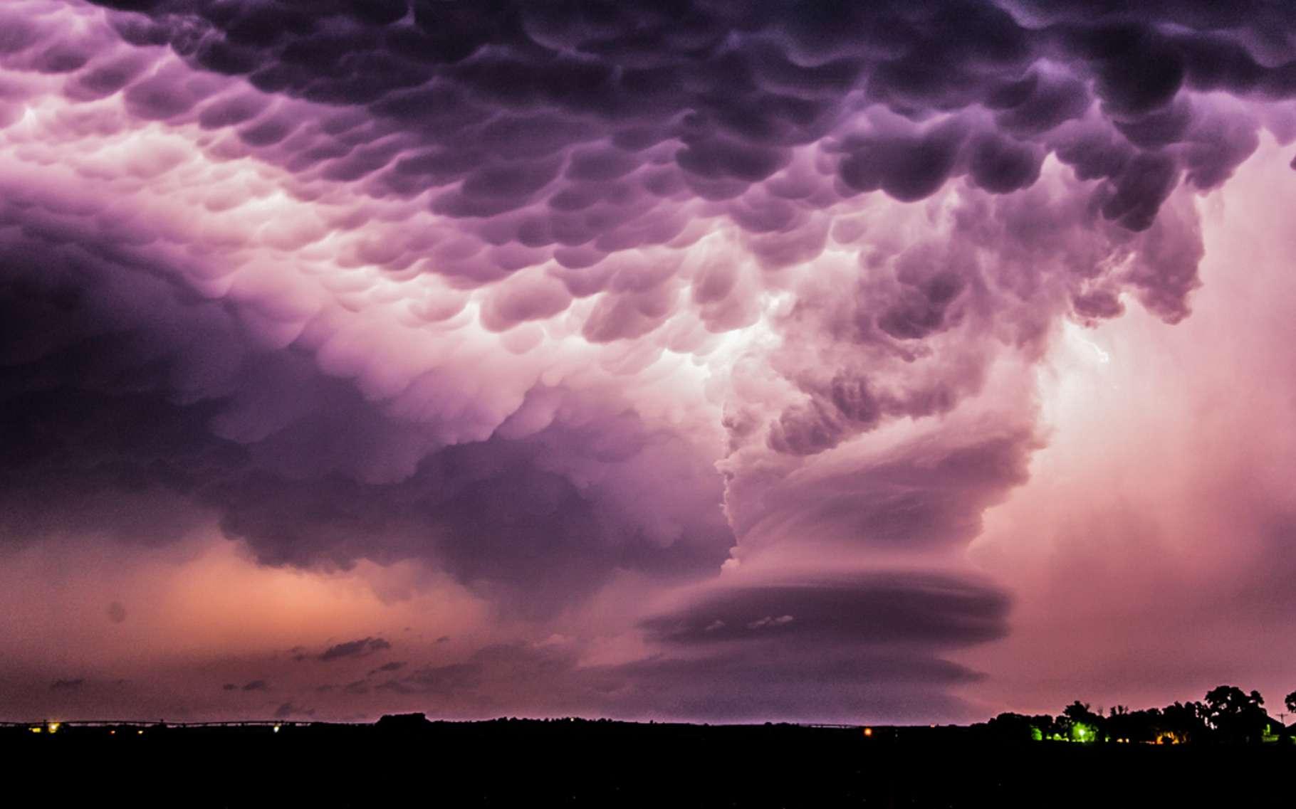 Une tempête au-dessus du Nebraska au ventre bosselé. Les mammatus se forment lorsqu'un nuage instable rencontre une couche d'air très sec. © Stephen Lansdell, Royal Photographic Society