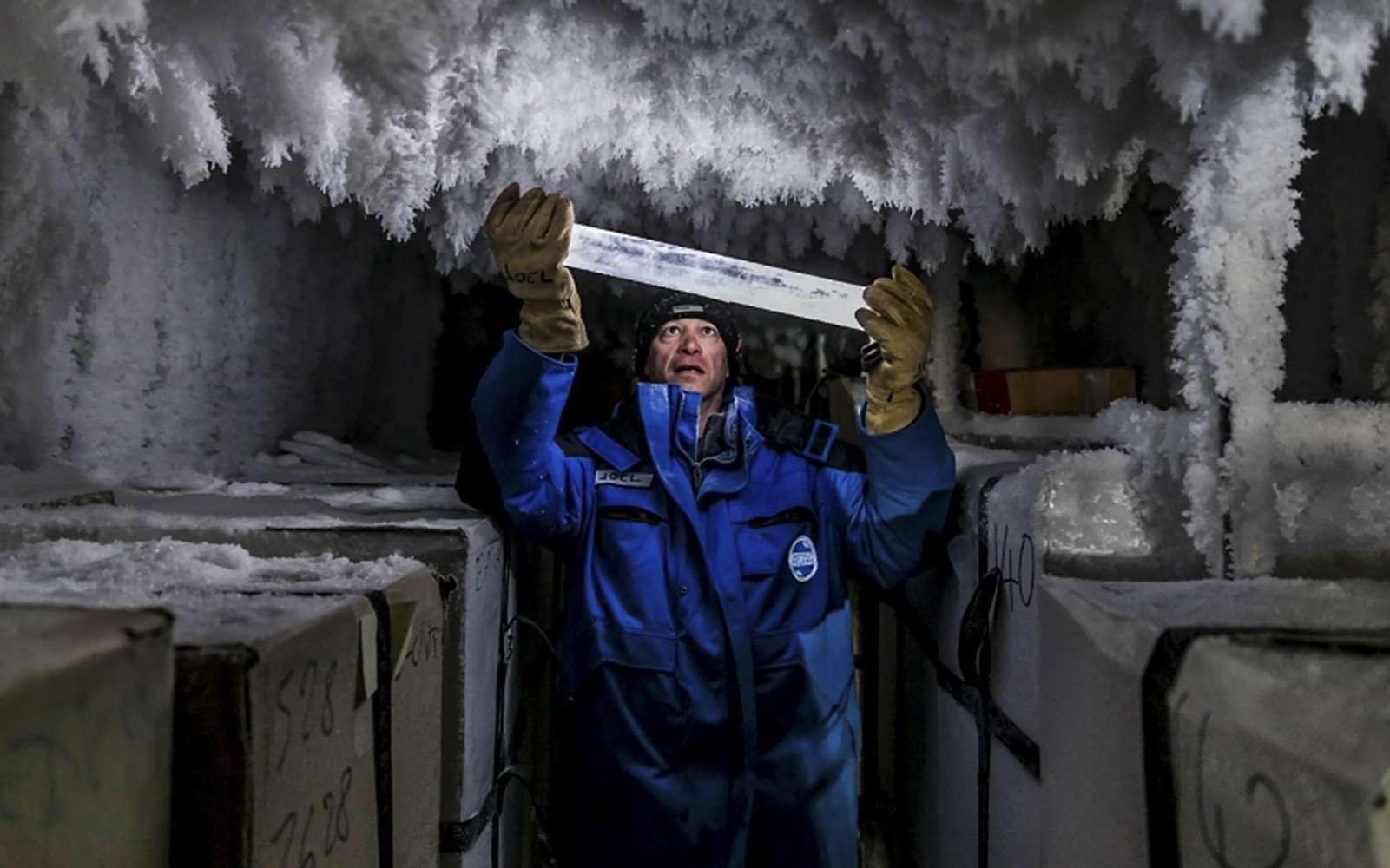 Un chercheur tient un échantillon du carottage européen EPICA, stocké au sein d'une cave à – 50 °C à côté de la station franco-italienne Concordia en Antarctique. © Thibaut Vergoz, Institut polaire français
