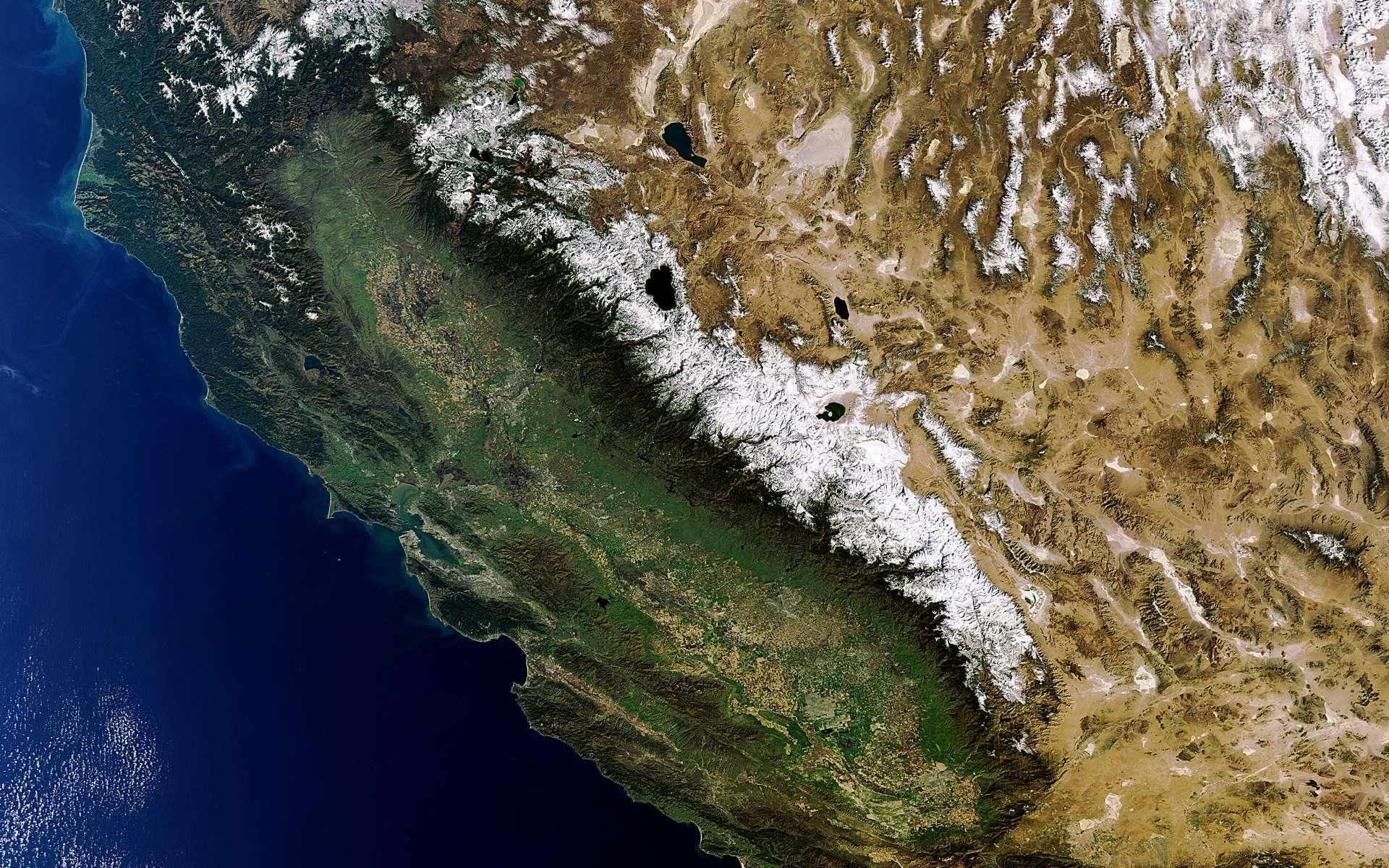 Le contraste entre la Californie, à gauche, généreusement arrosée, et le Nevada désertique, à droite, est clairement mis en évidence sur cette image prise le 9 février 2011 par la caméra Meris (Medium Resolution Imaging Spectrometer) avec une résolution au sol de 300 mètres. © Esa