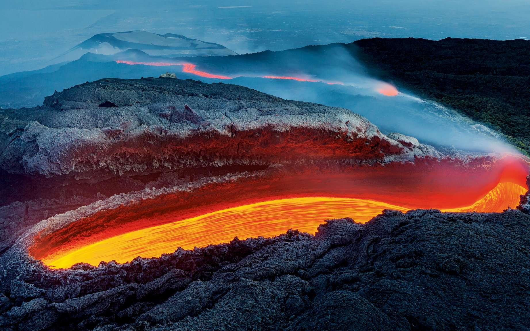 La coulée de feu de l'Etna, photographie de Luciano Gaudenzio réalisée en 2017 à l'heure bleue. © Luciano Gaudenzio, Wildlife Photographer of the Year 2020