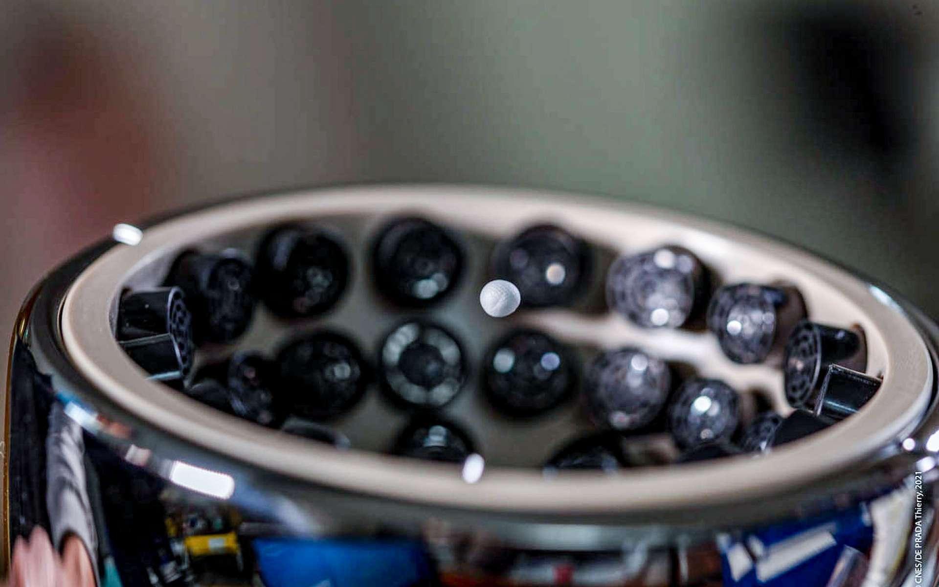 L'appareil de la pince à ultrason a attrapé une petite boule de polystyrène. © Cnes, T. De Prada, Nasa