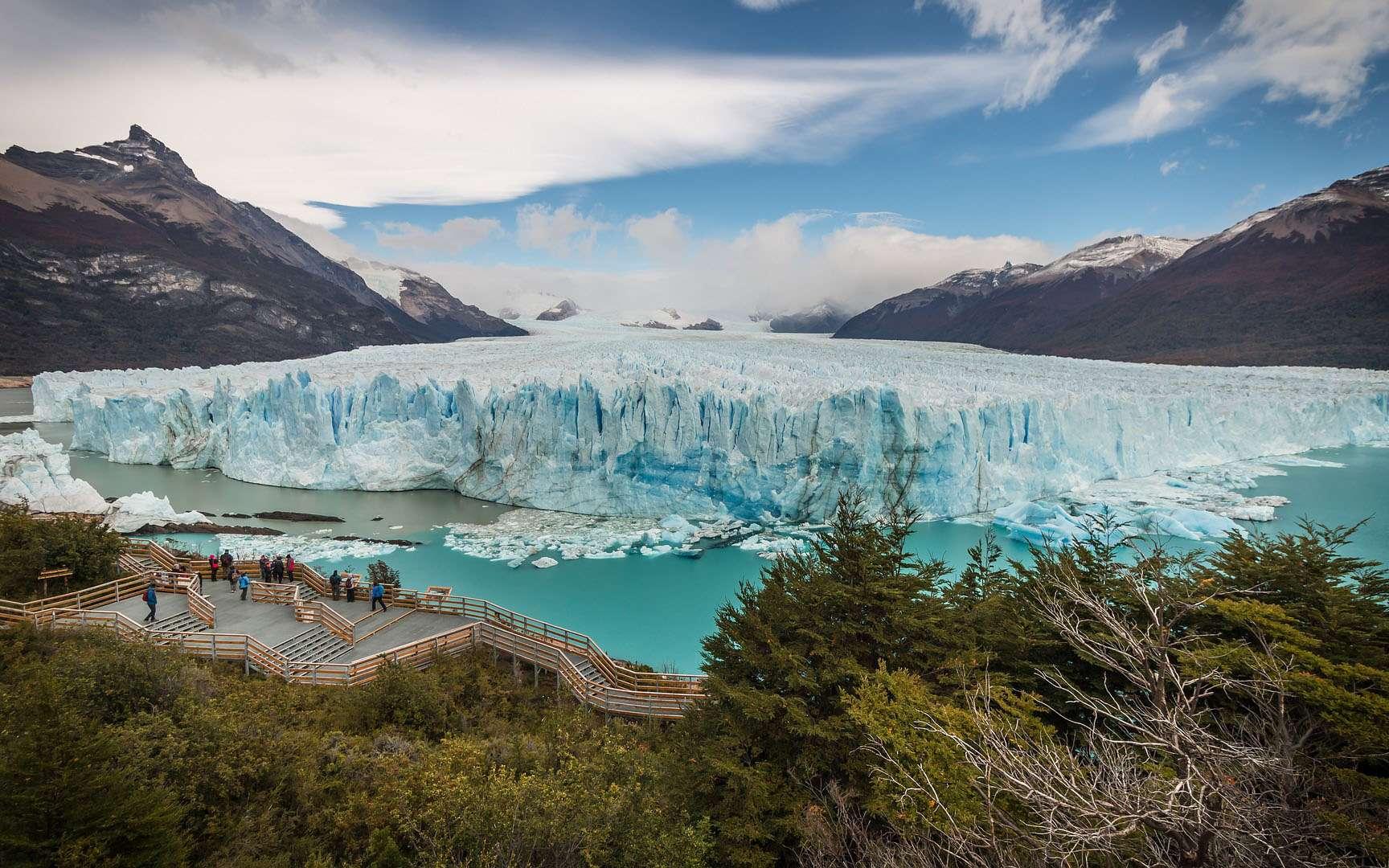La particularité du glacier Perito Moreno (Argentine), c'est qu'il détache, par vêlage, d'immenses blocs de glace dans le lac Argentino. Et ce, extrêmement régulièrement. Un spectacle impressionnant. D'autant que la hauteur de glace émergée qui apparait au visiteur est de pas moins de 74 mètres.L'autre caractéristique intéressante à signaler du glacier Perito Moreno, c'est qu'il ne semble pas reculer devant le réchauffement climatique. Lorsque son front traverse le lac Argentino, il forme un barrage naturel. Qui finit par exploser. Un phénomène que l'on appelle «rupture du glacier» qui se produit à une fréquence d'une année à une décennie. © Mampu, Pixabay, DP