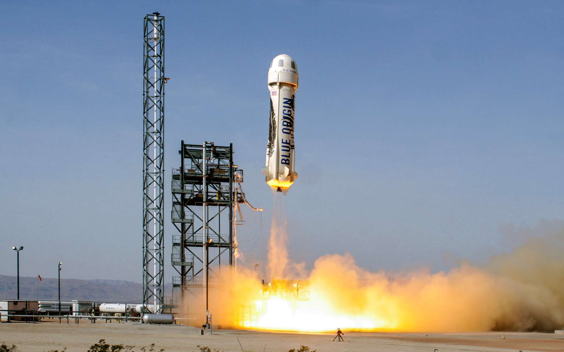 Le lanceur suborbital New Shepard de Blue Origin au décollage. Celui-ci ne doit pas être confondu avec le Falcon 9 de SpaceX, qui va beaucoup plus haut et qui est capable de transporter des charges de plusieurs tonnes. Ces lanceurs bousculent tous les deux le secteur spatial mais ils ne volent pas dans la même catégorie. © Blue Origin