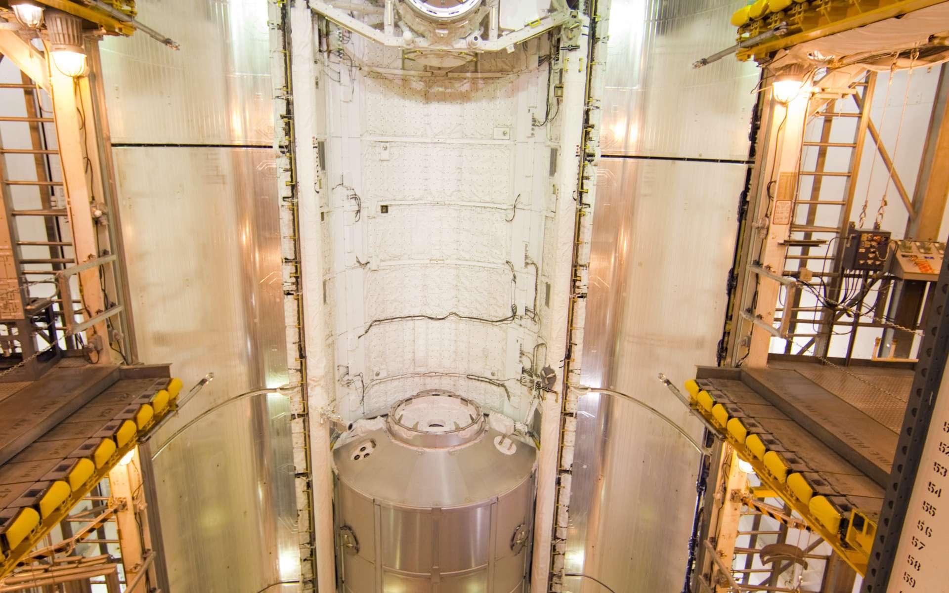 Pour la toute dernière mission d'une navette, Atlantis embarque dans sa soute Raffaello, un des trois minimodules logistiques pressurisés italiens (MPLM). L'un de ces modules a été adapté pour rester amarré à l'ISS. Raffaello, lui, redescendra sur Terre à l'issue de la mission. © Cap Canaveral, Fla/Nasa
