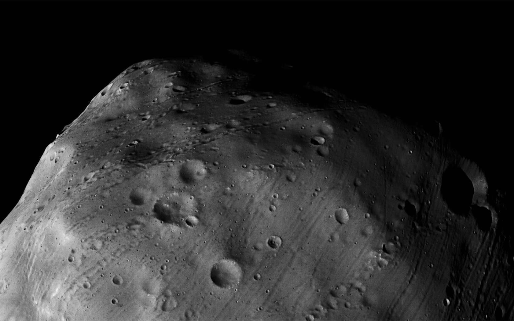 Phobos est un objet en forme de pomme de terre de 27 x 22 x 18 km et caractérisé par un cratère « géant » de 9 km de diamètre, nommé Stickney. © Esa, DLR, FU Berlin, G. Neukum