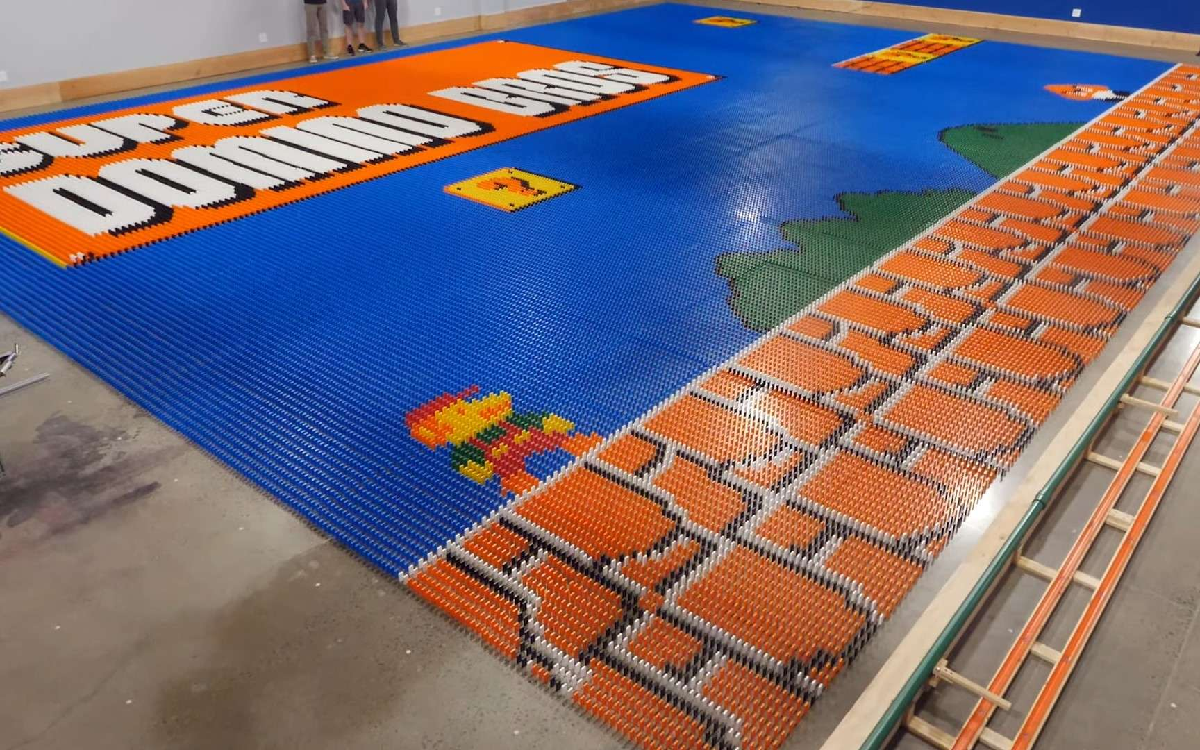 The Dominator a réussi à créer une immense image de SuperMario Bros en dominos en seulement 24 heures. © Mark Rober