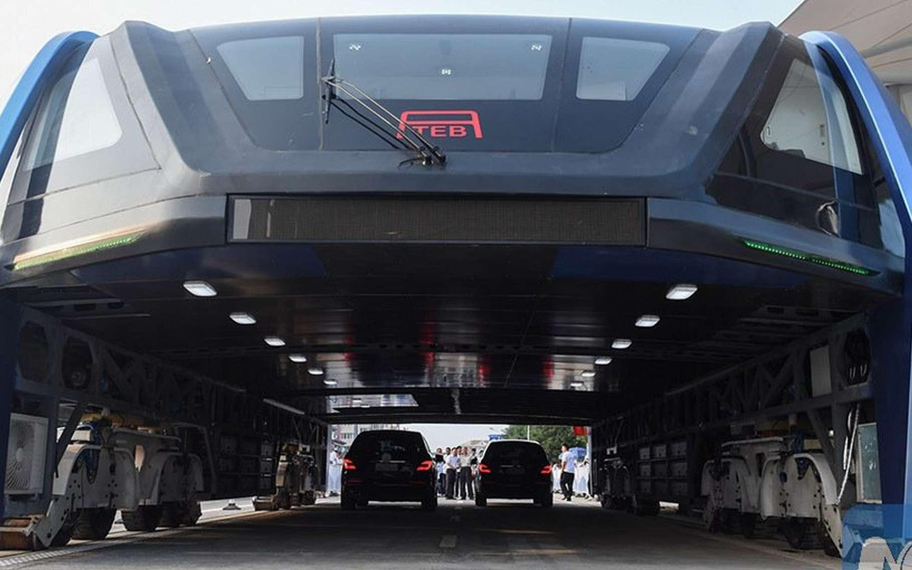 Imaginé il y a plus de 40 ans, le concept du « bus-enjambeur » a enfin abouti. Un premier prototype fonctionnel vient d'être dévoilé en Chine. © New China