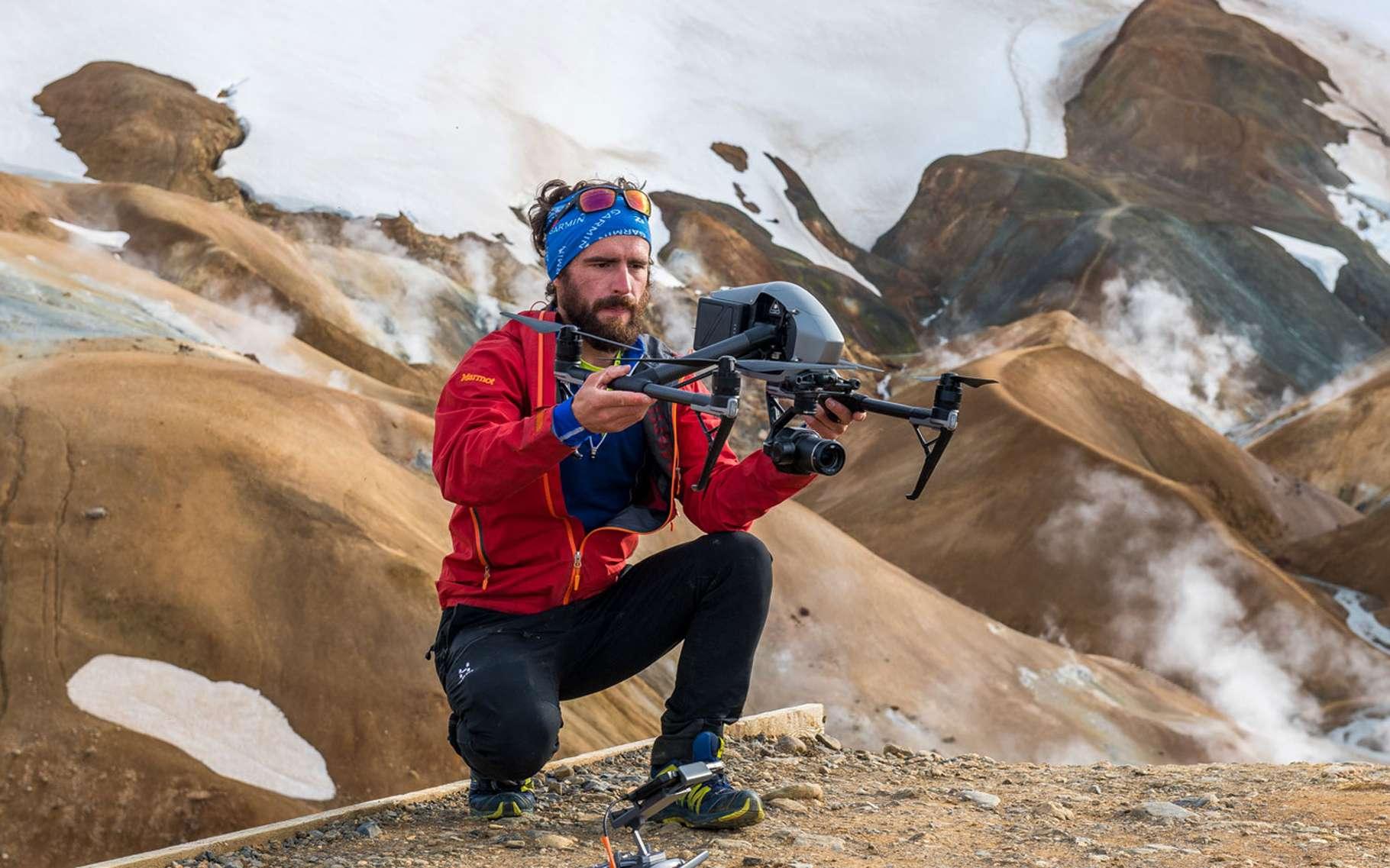 Alors que nous sommes arrivés dans une région très spéciale d'Islande, le site géothermal très large de Kerlingarfjöll, je prépare mon drone pour un vol spectaculaire au-dessus d'un autre monde. © Florian Ledoux