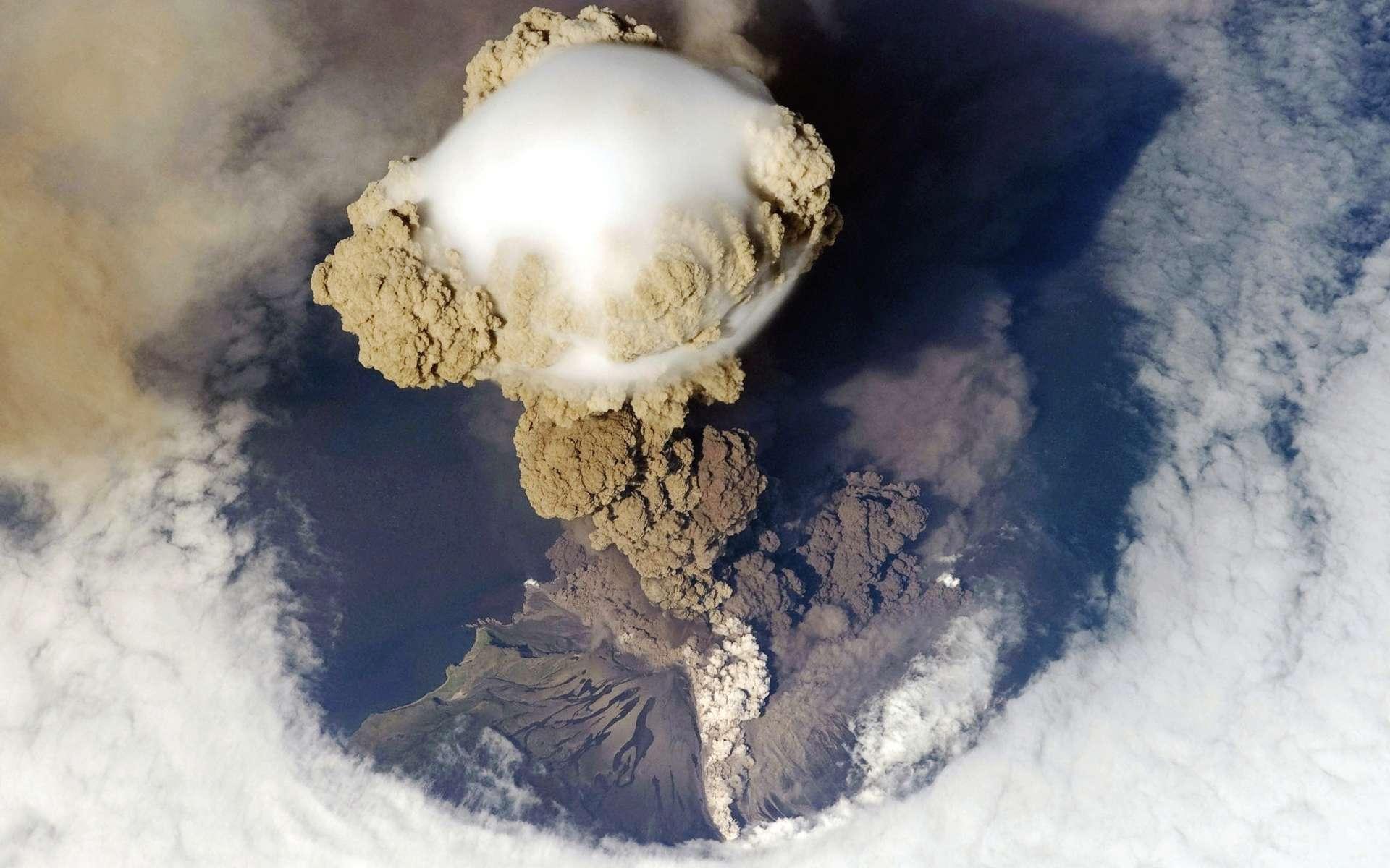 Le Sarytchev est un volcan de Russie situé dans les îles Kouriles, sur l'île de Matoua. Il constitue l'un des volcans les plus actifs des îles Kouriles. © Nasa