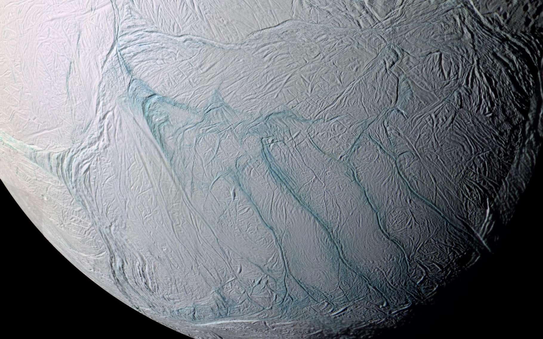 Un océan se cache-t-il sous la surface gelée d'Encelade, l'un des satellites naturels de Saturne, plus petit que la France ? Image composite prise en 2005 par Cassini entre 61.300 et 11.100 km de la surface. Les « rayures du tigre » sont visibles dans la région du pôle sud, en bas de ce portrait. © Nasa, JPL, Space Science Institute