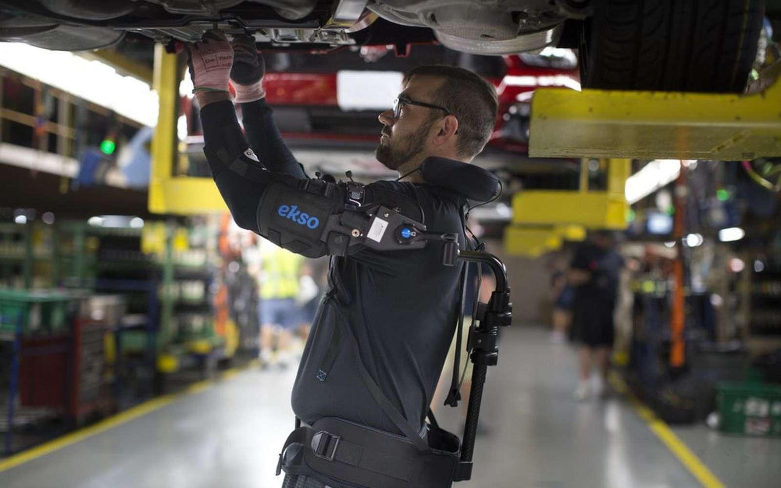 L'exosquelette EksoVest est fourni par Ford à certains de ses ouvriers qui doivent travailler fréquemment avec les bras en l'air. © Ford