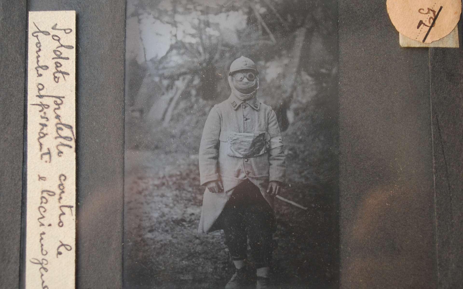 Maladies, froid, faim, manque d'hygiène, la vie du poilu dans les tranchées est un enfer. Plaque photographique d'un soldat protégé contre les gaz de combat de la première guerre mondiale. © Fonds de l'Institut français de Florence