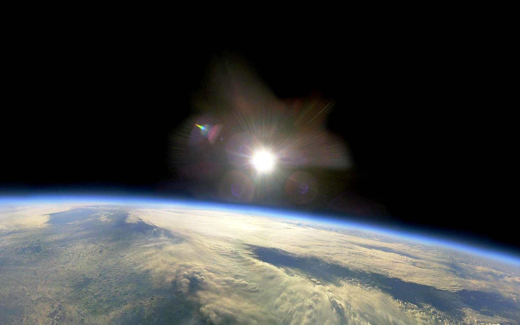 Géoingénierie : un test pour refroidir la Terre à l'étudeUne photo prise en 2010 à partir d'un ballon dans la stratosphère au dessus de l'Angleterre. © Universities Space Research Association