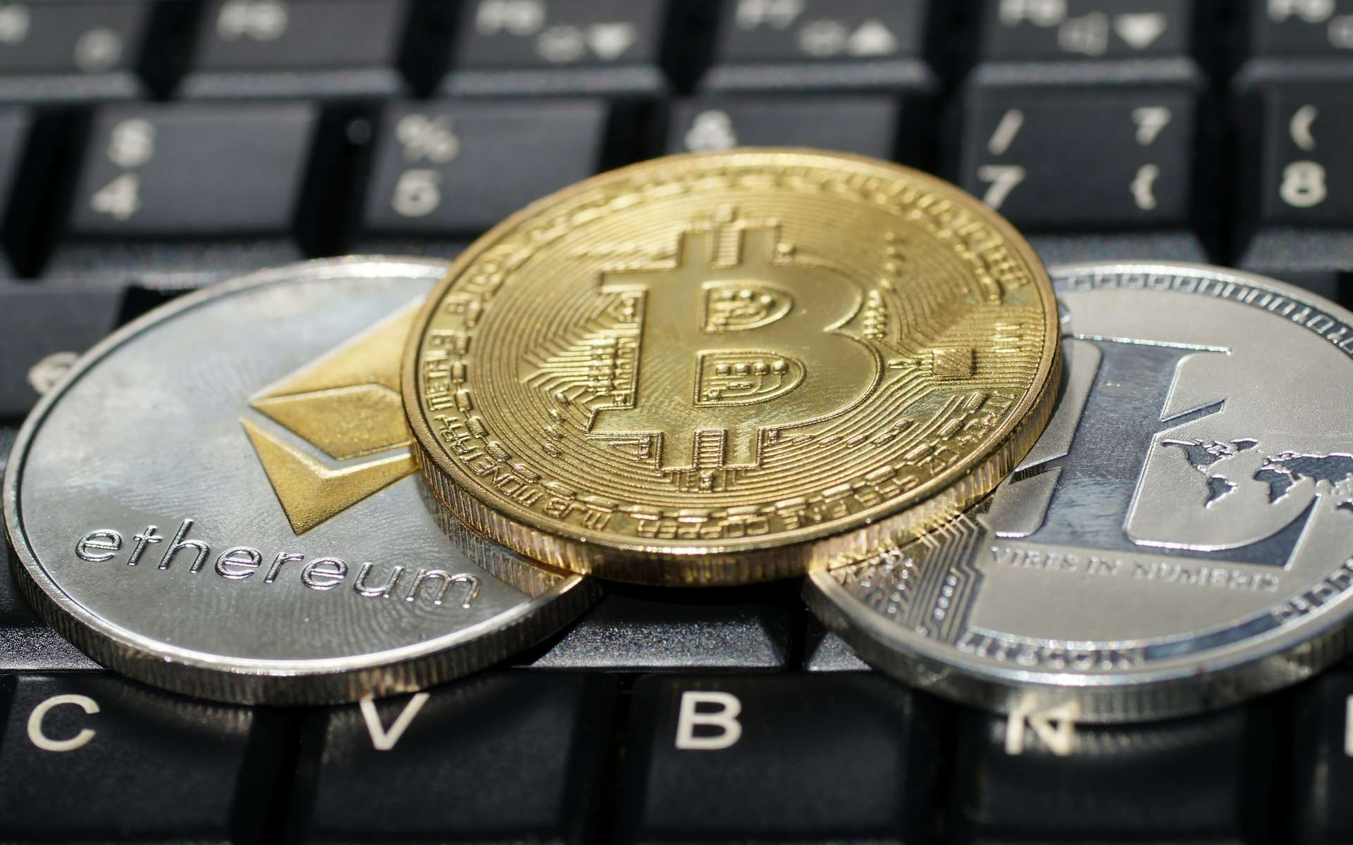 Bitcoin, Ether, Litecoin et Bitcoin Cash : quatre cryptomonnaies que le géant du paiement en ligne PayPal va permettre à ses utilisateurs au Royaume-Uni d'acheter et vendre via sa plateforme de paiement. © brudertack69, Adobe Stock
