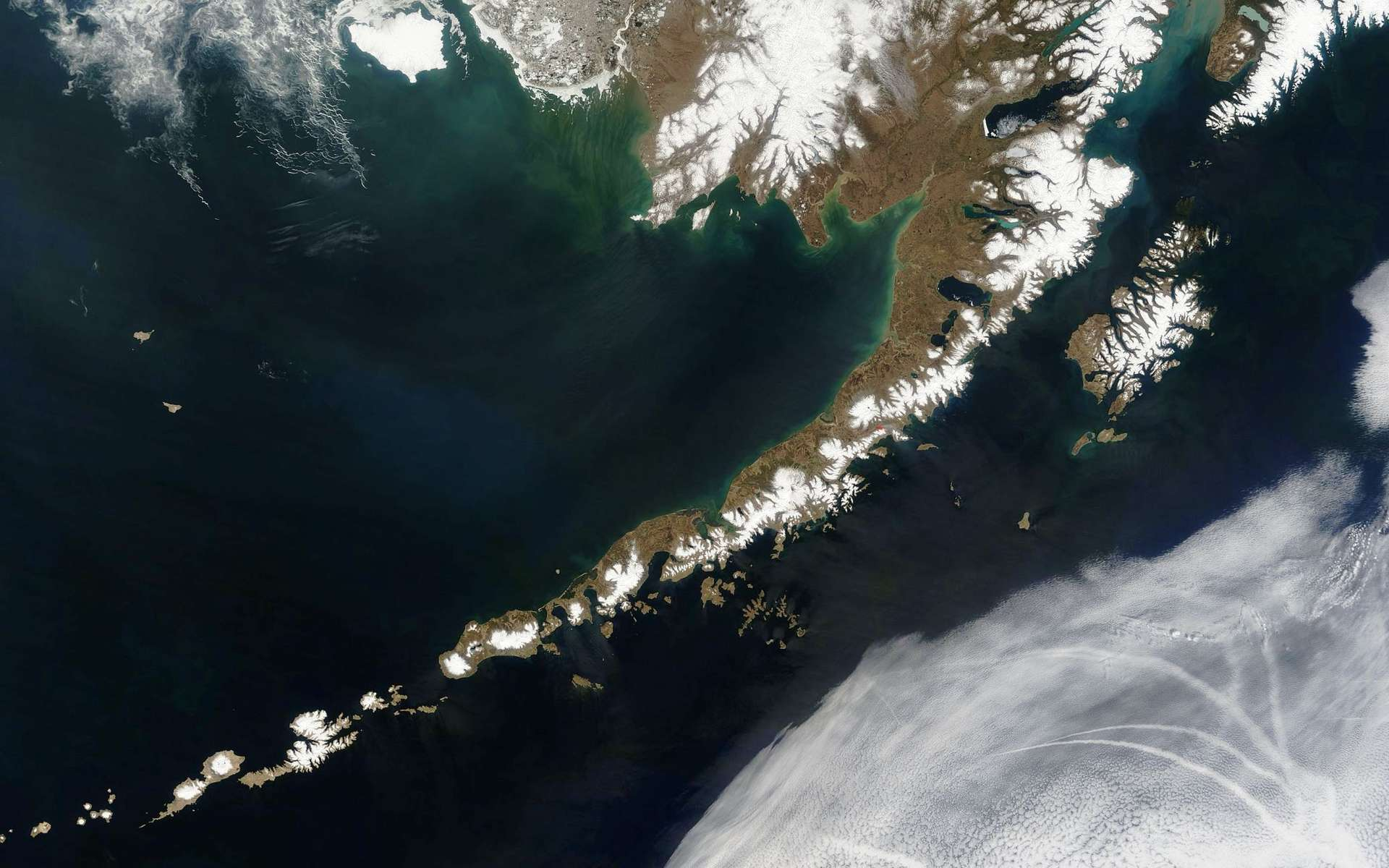 Si la Terre est habitable, serait-ce grâce aux volcans ? Ici, les îles Aléoutiennes, un archipel des États-Unis situé dans le sud-ouest de l'Alaska. Ce sont des îles volcaniques. © Jeff Schmaltz, Nasa