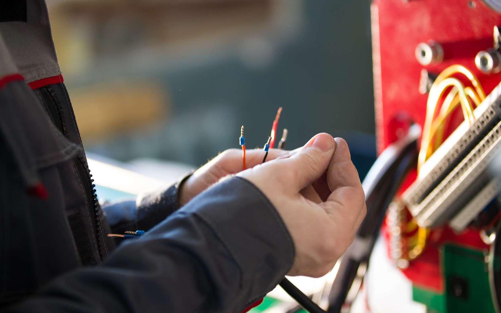 Le monteur-câbleur aéronautique est en charge des raccordements de fils nécessaires aux différents équipements électriques, électroniques et électromécaniques présents dans un aéronef. © Barselona Dreams, Fotolia.