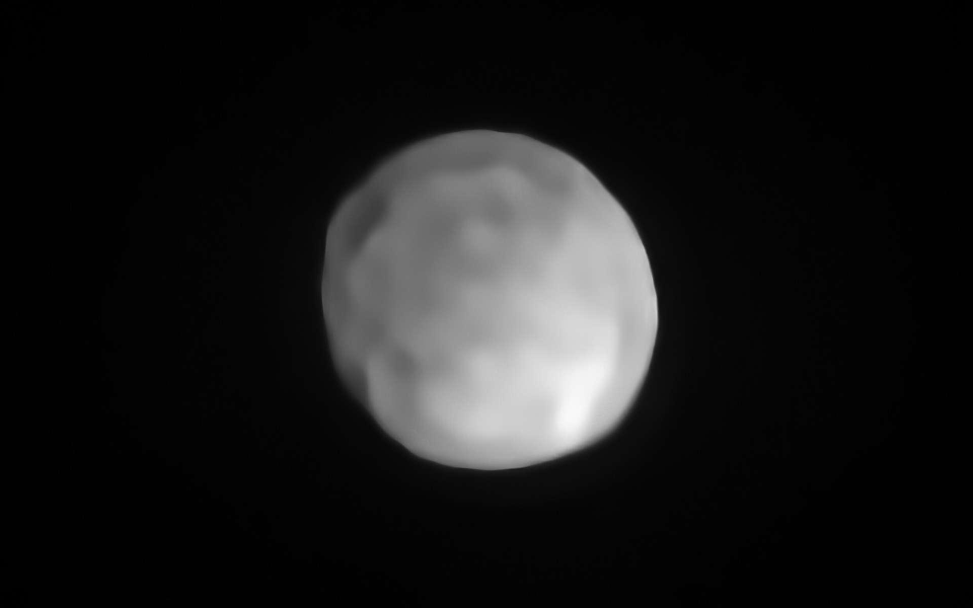 Image d'Hygiea acquise par Sphere. L'astéroïde pourrait bien être la plus petite planète naine du Système Solaire. © ESO, P. Vernazza et al., Mistral algorithm (Onera, CNRS)