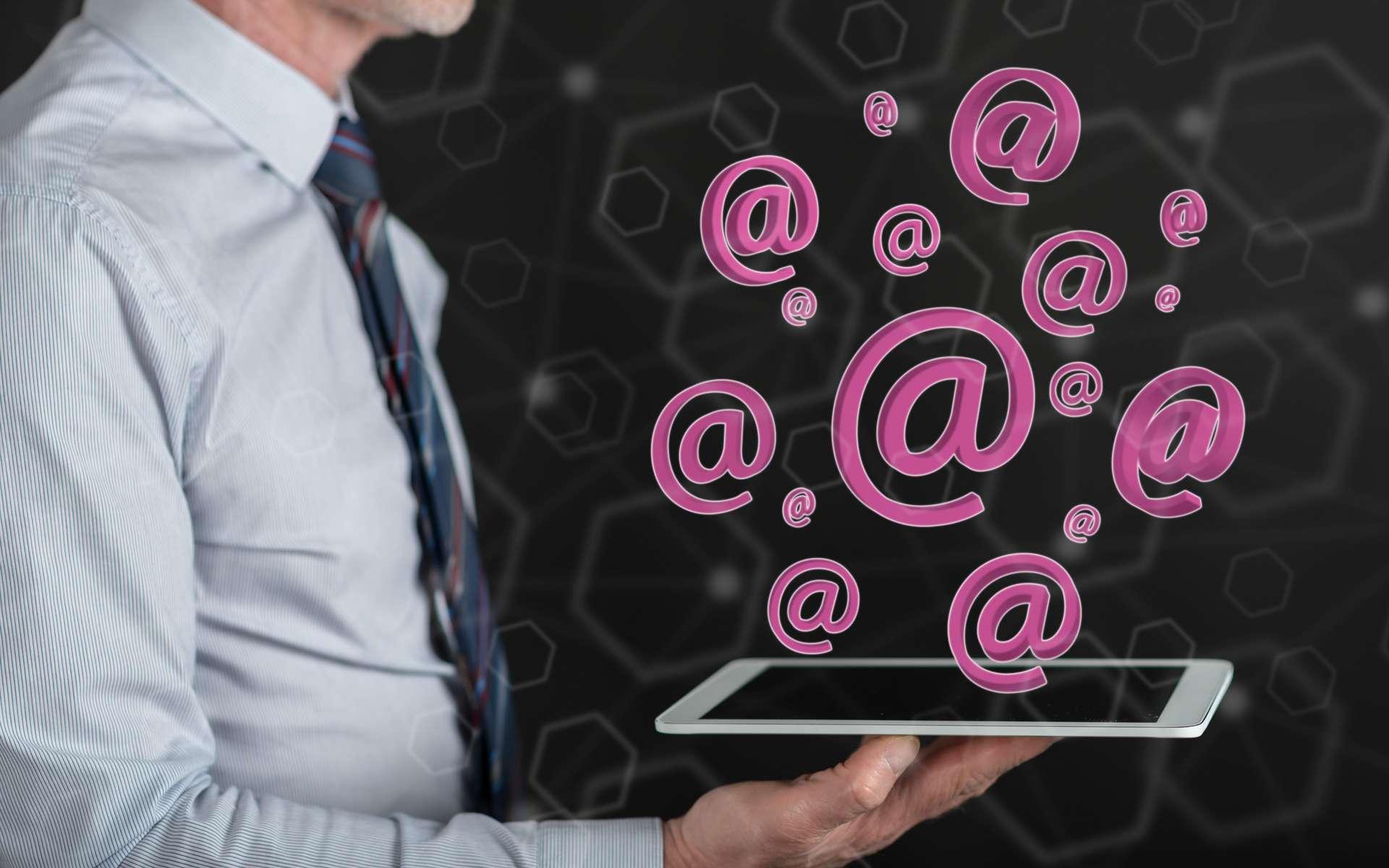 L'arobase (@) utilisé dans toute adresse de courier électronique est prononcé « at » en anglais. © Thodonal, Adobe Stock