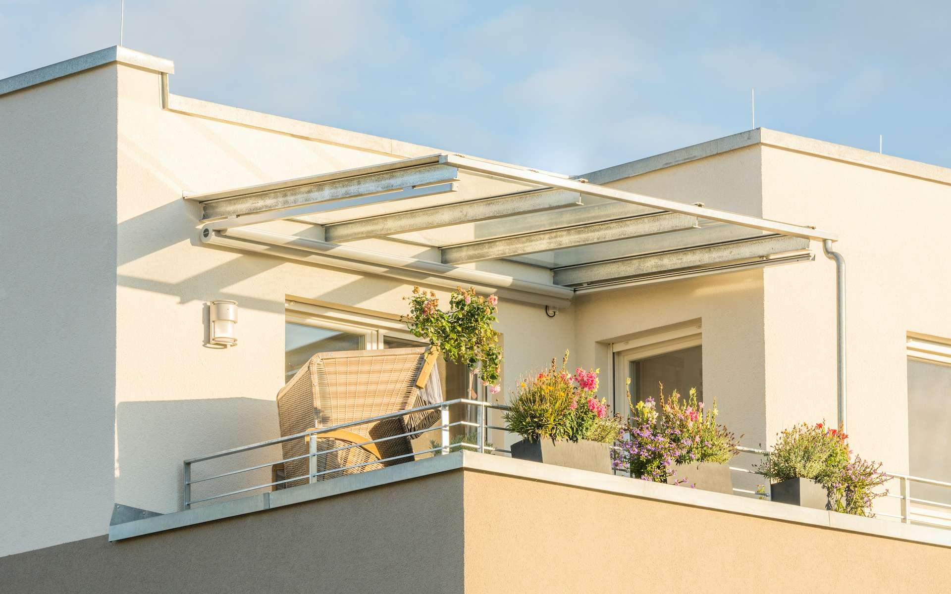 Le balcon est une extension du bâtiment, tandis que la terrasse repose sur une surface. © schulzfoto, Adobe Stock