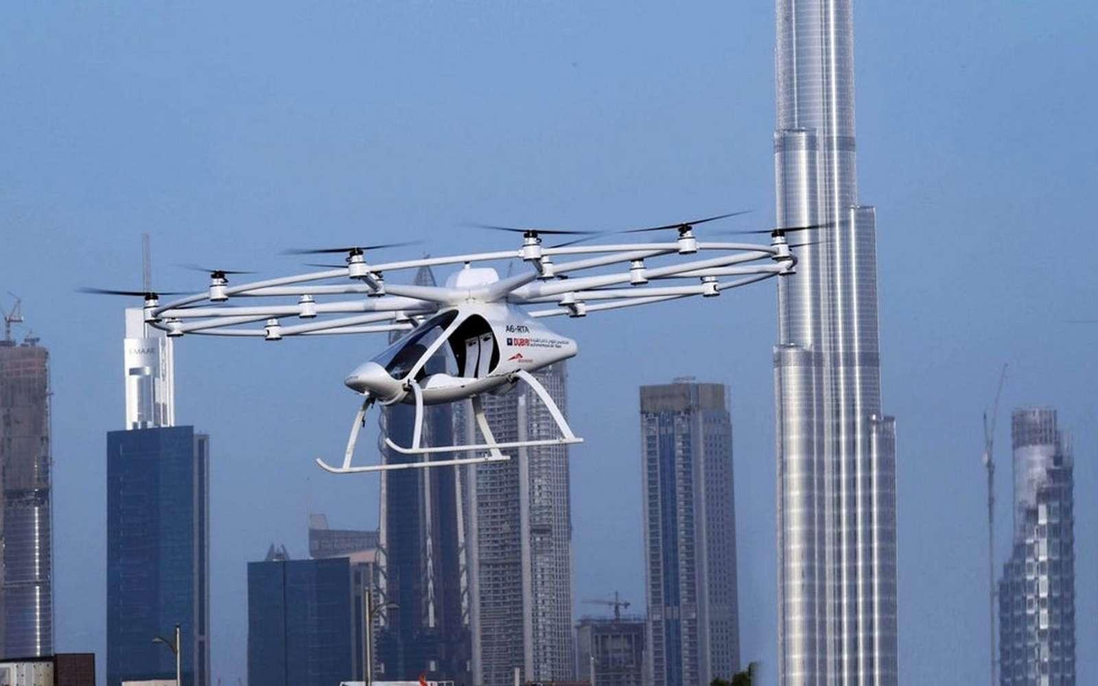 Découvrez les 8 projets les plus avancés de drones taxis. Ici, le Volocopter (rebaptisé Autonomous Air Taxi par les autorités dubaïotes) lors de son vol inaugural au-dessus de la ville du Dubaï. © Government of Dubai