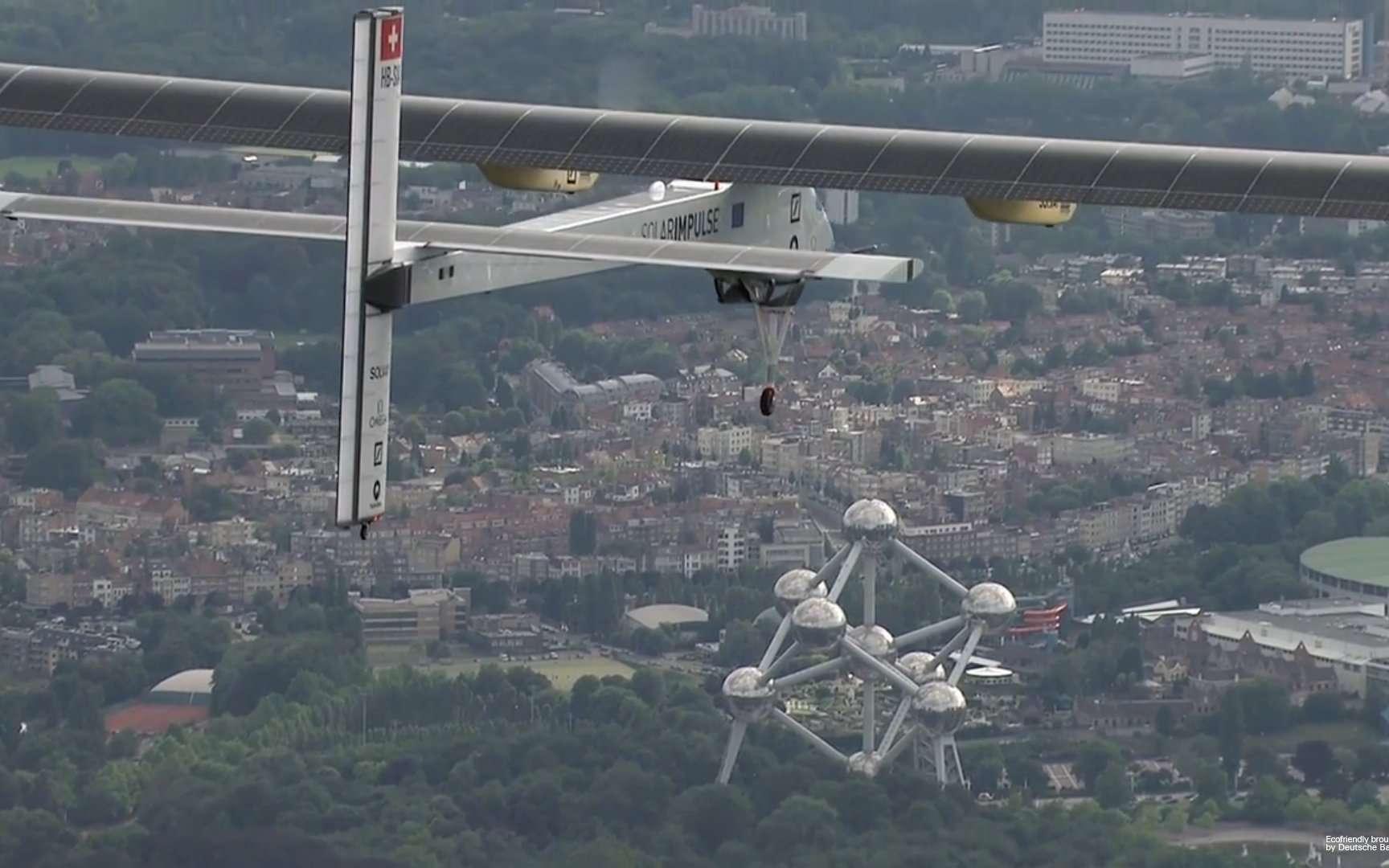 Le HB-SIA, de Solar Impulse, aux mains d'André Borschberg peu après son décollage de l'aéroport de Bruxelles, samedi 11 juin 2011. Le pilote aurait bien aimé rentrer le train d'atterrissage... © Solar Impulse