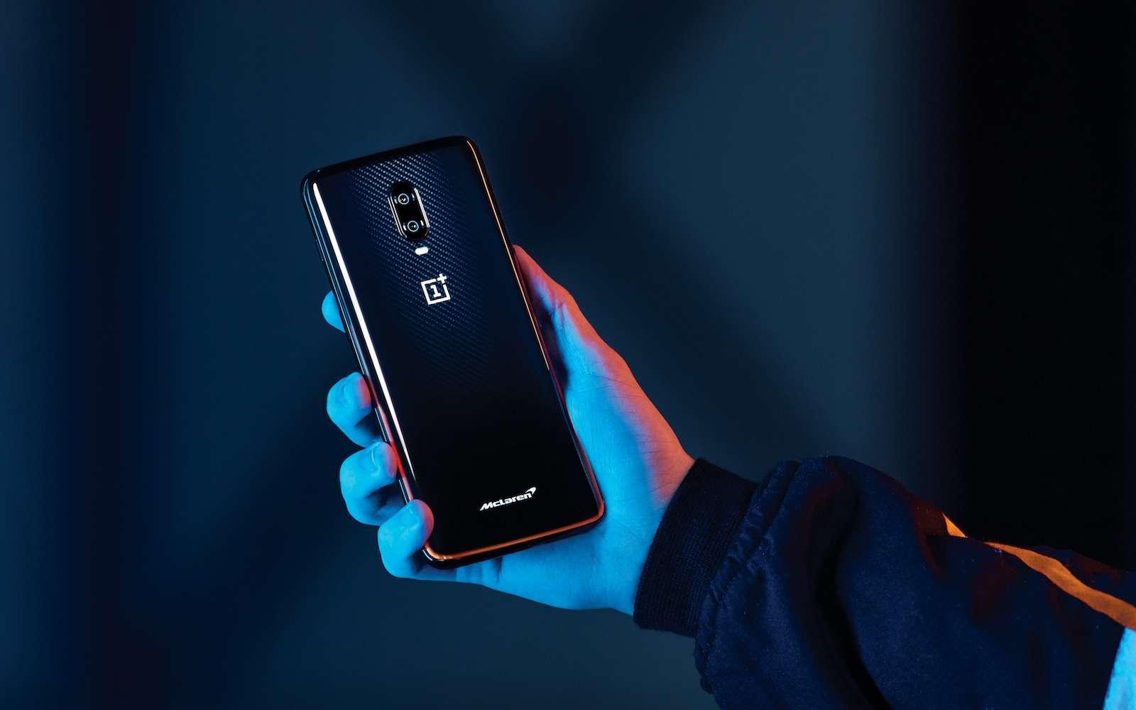 Situé à l'arrière de l'appareil en fibre de carbone, le logo McLaren s'illumine. © OnePlus