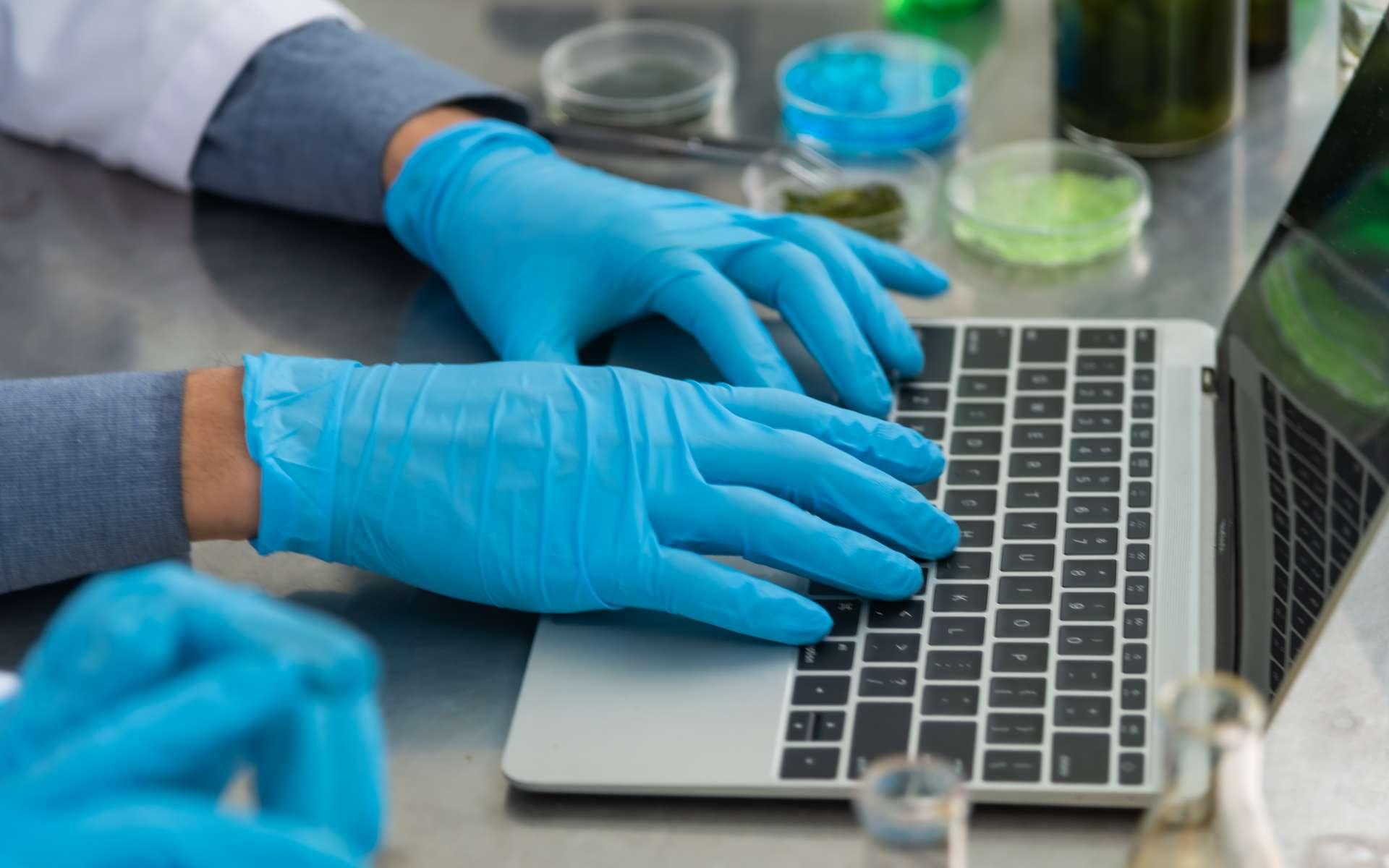 Dans son laboratoire, l'aromaticien note les formules testées pour trouver le meilleur arôme possible. © chokniti, Adobe Stock.