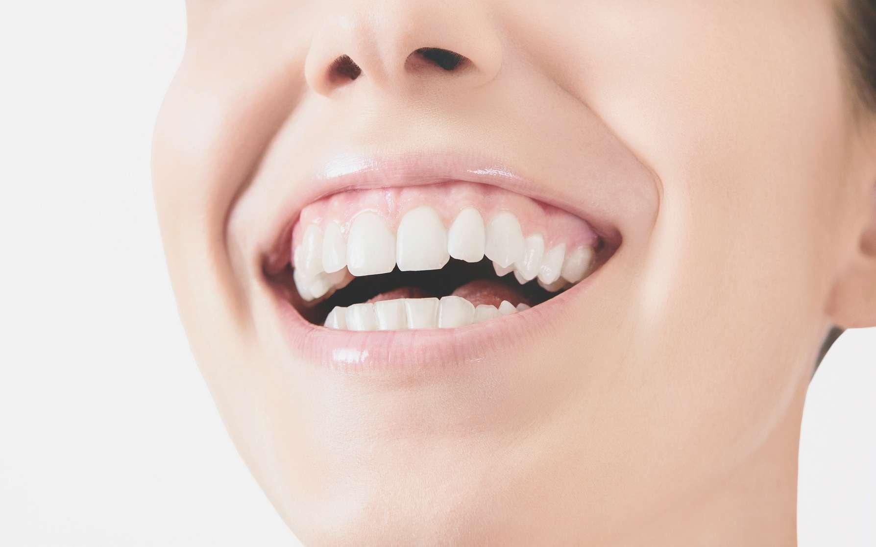 Lorsque la dentine est à nu, le patient peut souffrir d'hypersensibilité dentinaire. © ALDECAstudio, Fotolia